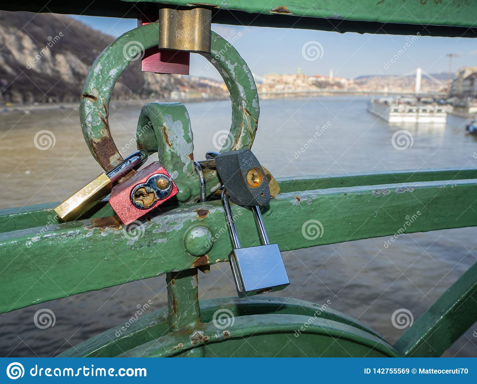 Βουδαπέστη, Ουγγαρία Σύνολο λουκέτων με τα μηνύματα της αγάπης στη γέφυρα ελευθερίας ή τη γέφυρα ελευθερίας