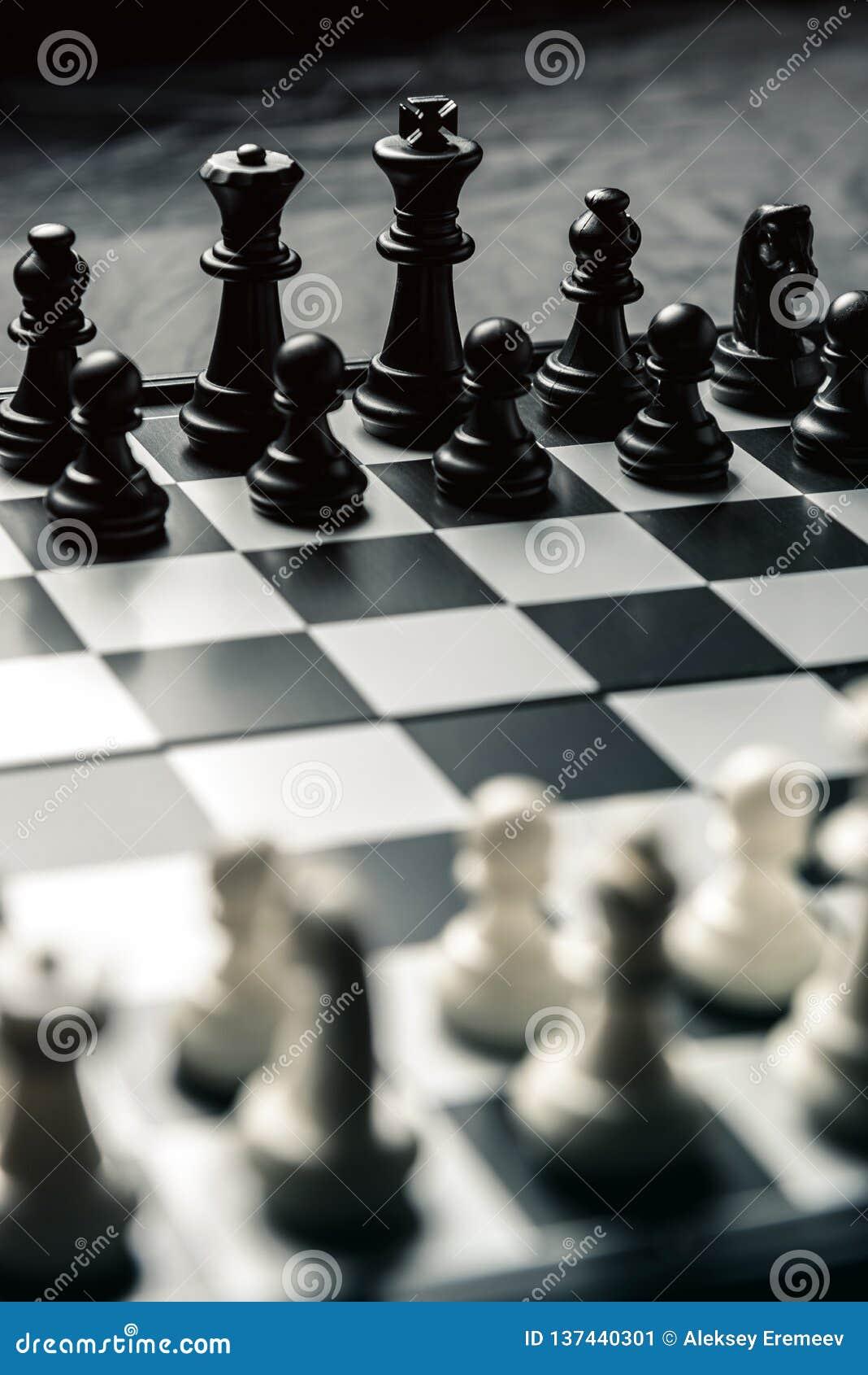 Szachowa deska z czarny i biały szachowym obszyciem each inny