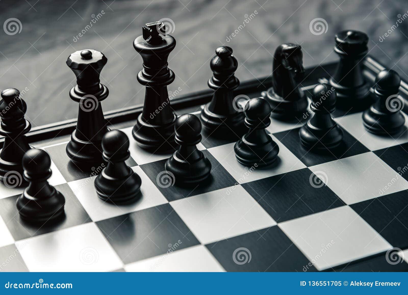 Szachowa deska z czarnym szachy w zaczyna pozycji