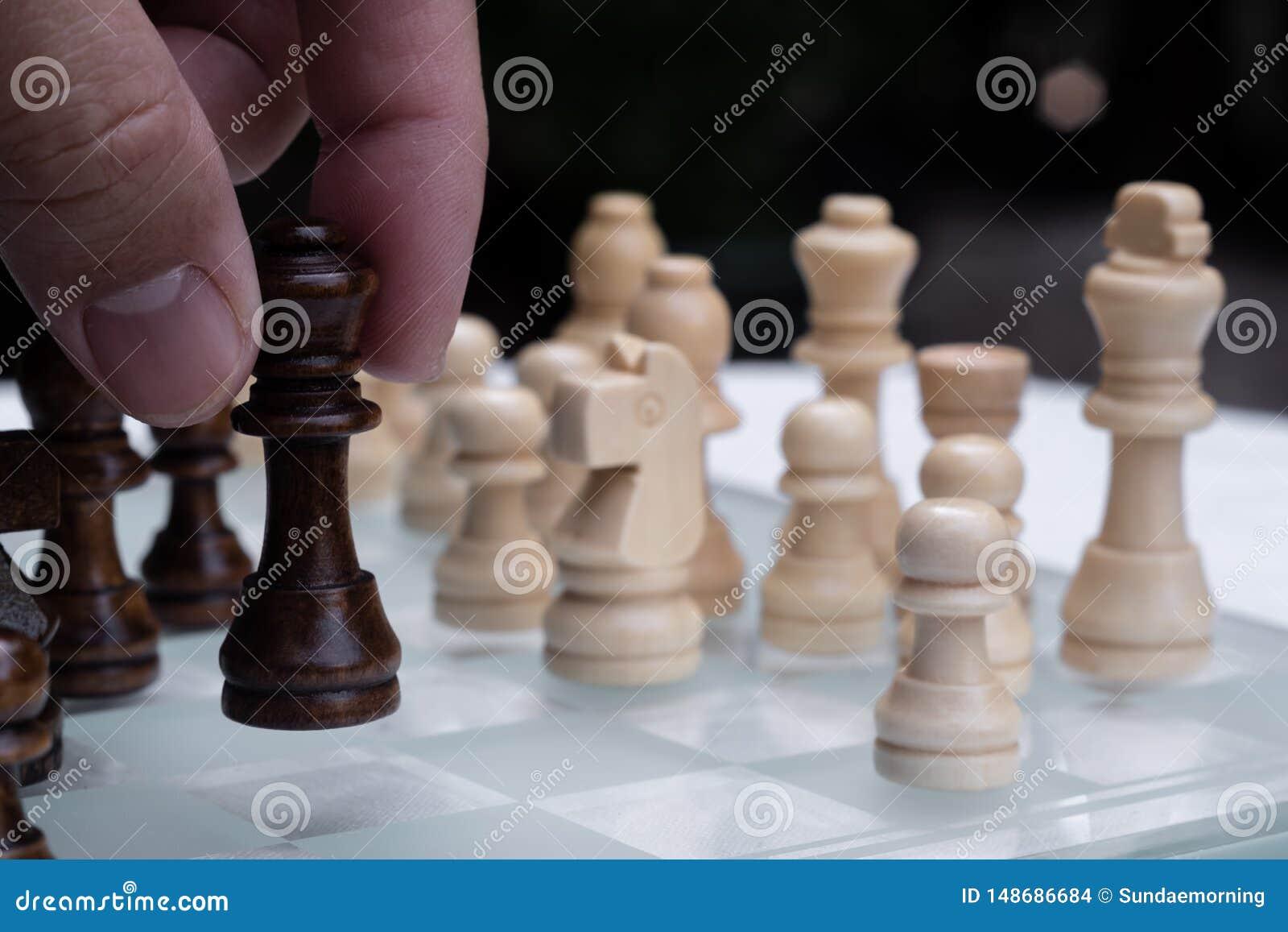 Szachowa gra planszowa, biznesowy konkurencyjny poj?cie, spotyka trudn? sytuacj?, przegrywanie i wygranie,