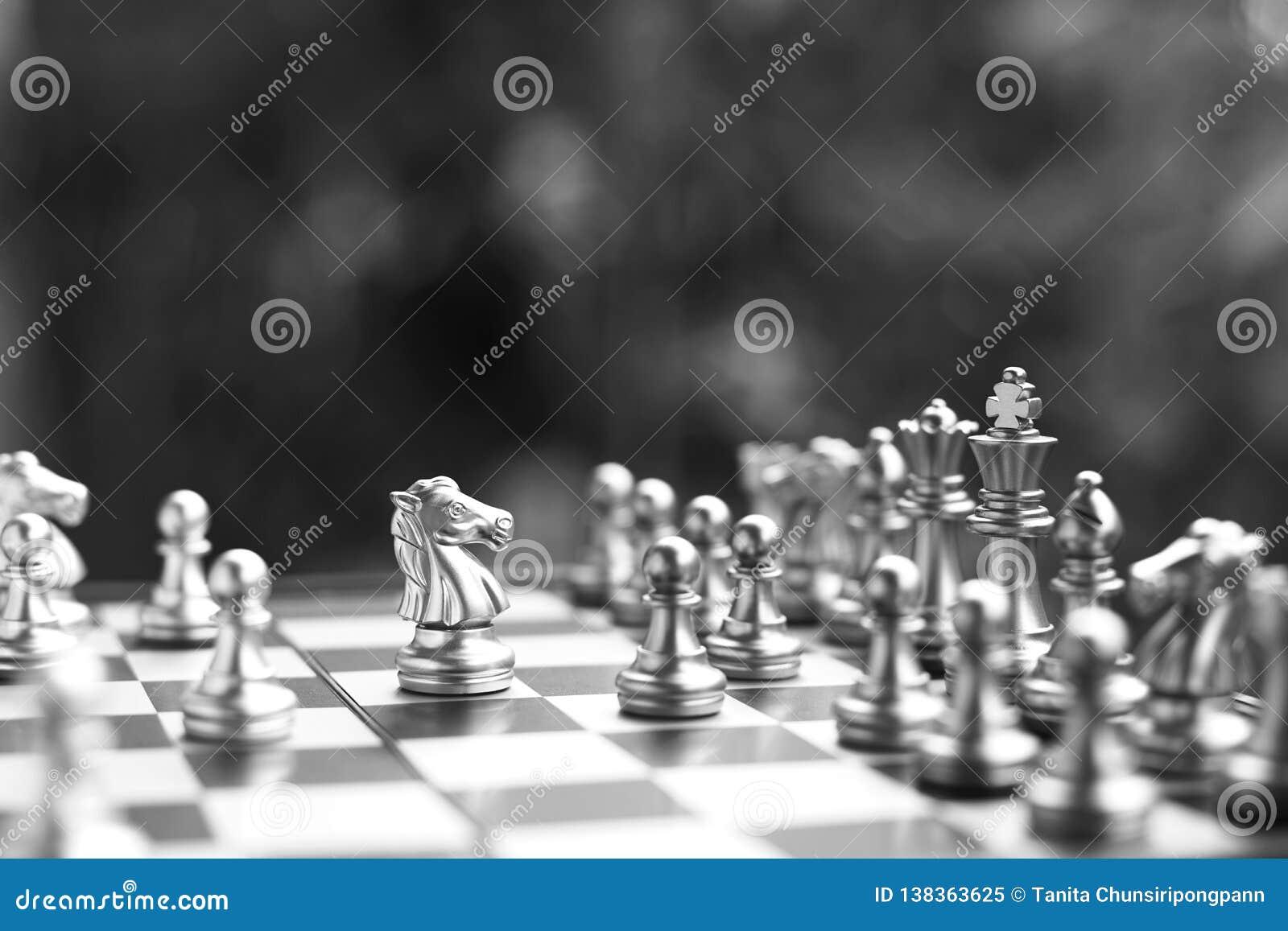 Szachowa gra planszowa Walczyć w czarny i biały Biznesowy konkurencyjny i strategia planistyczny pojęcie