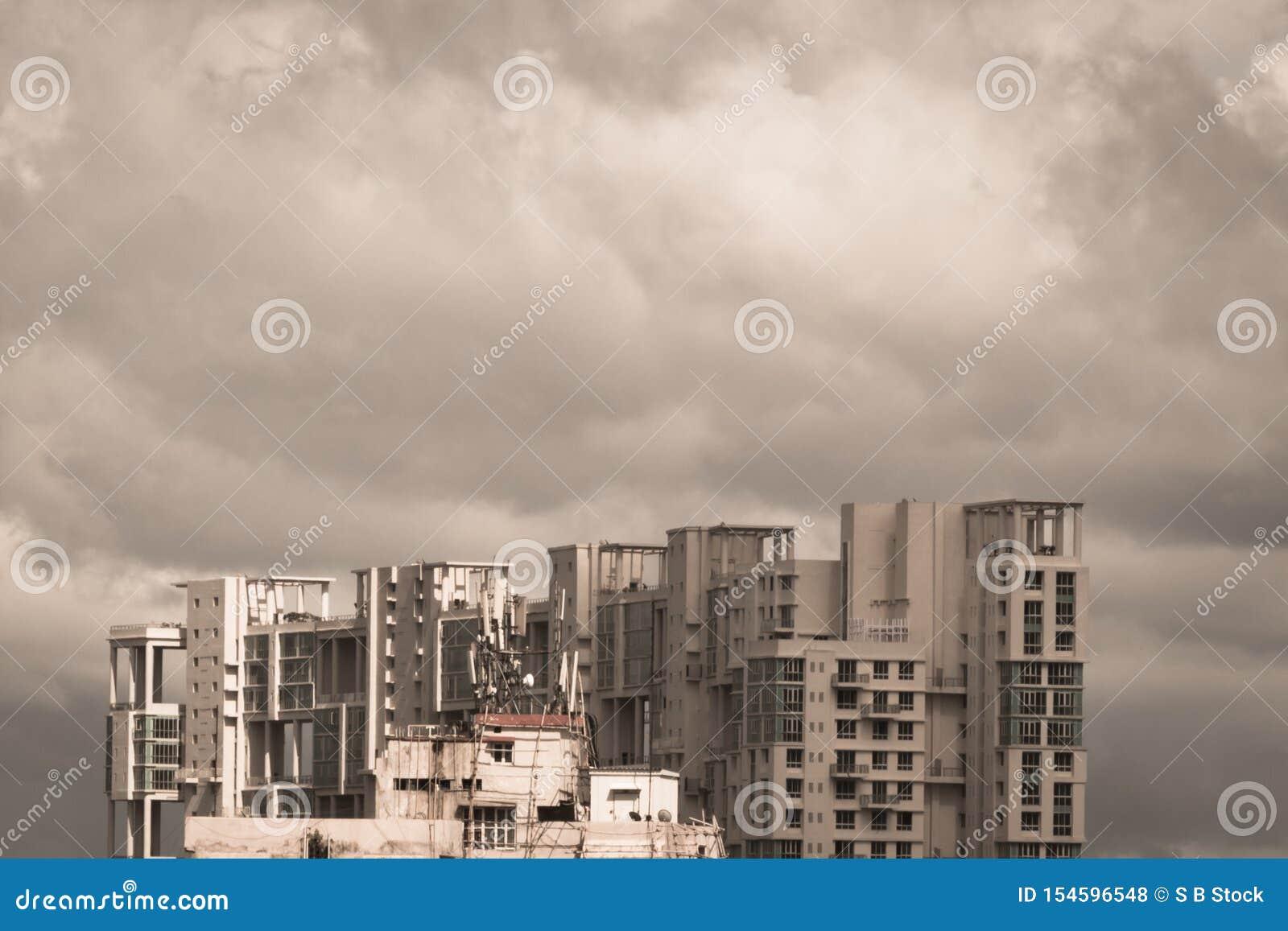 Szaleje ciemnych Wczesnych monsuny nad nowożytnymi mieszkaniowymi drapacz chmur Kolkata, Bengalia India Monsunu deszczowego dnia