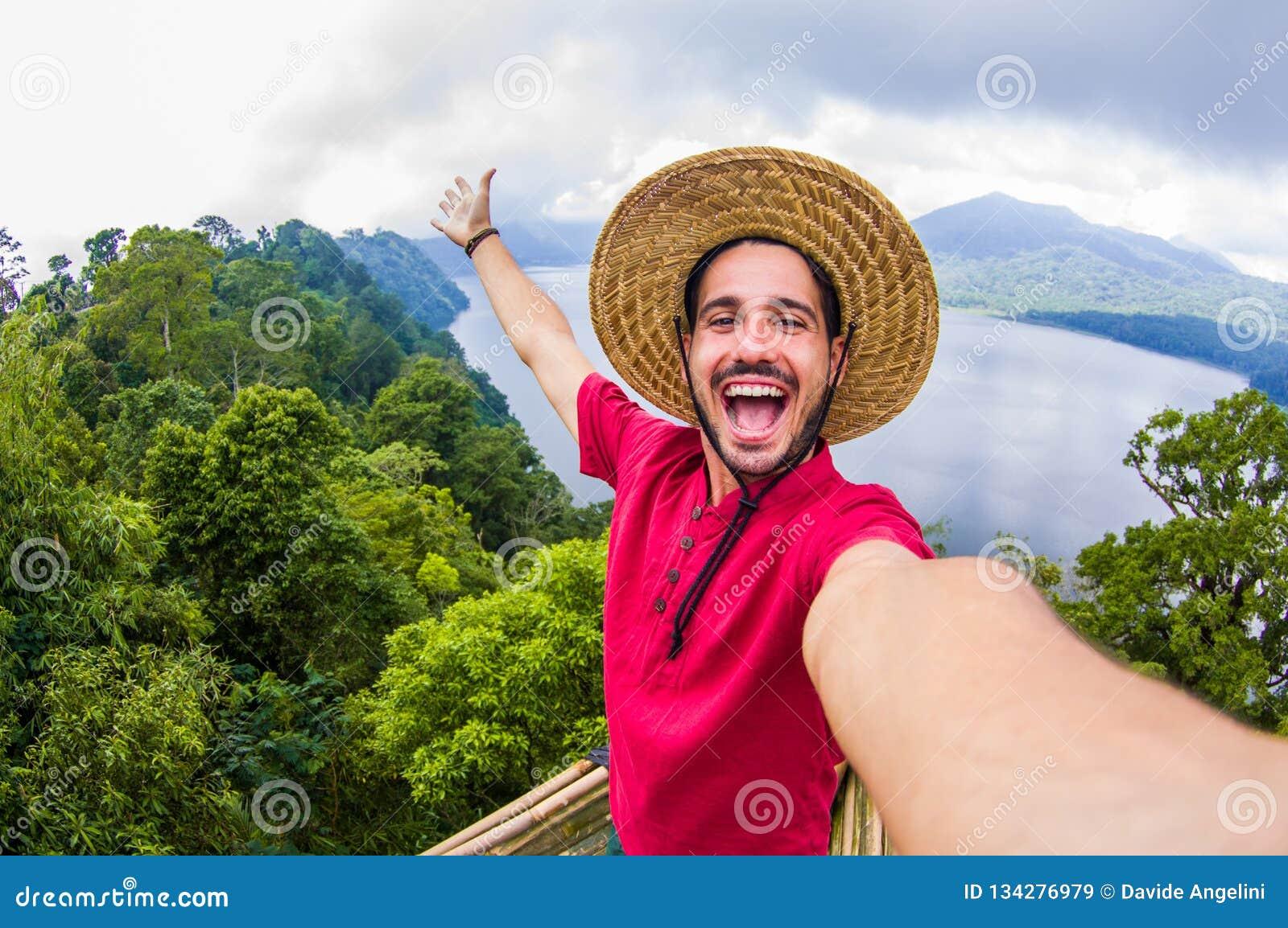 Szalony przystojny mężczyzna bierze selfie na scenicznym krajobrazie
