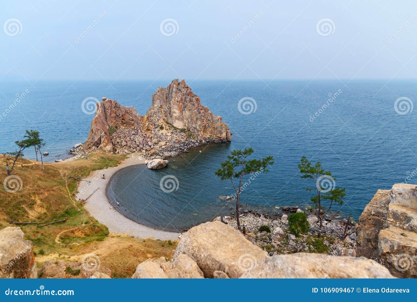 Szaman skała w wczesnym poranku baikal jeziora baikal jezioro olkhon Rosji wyspy Rosja