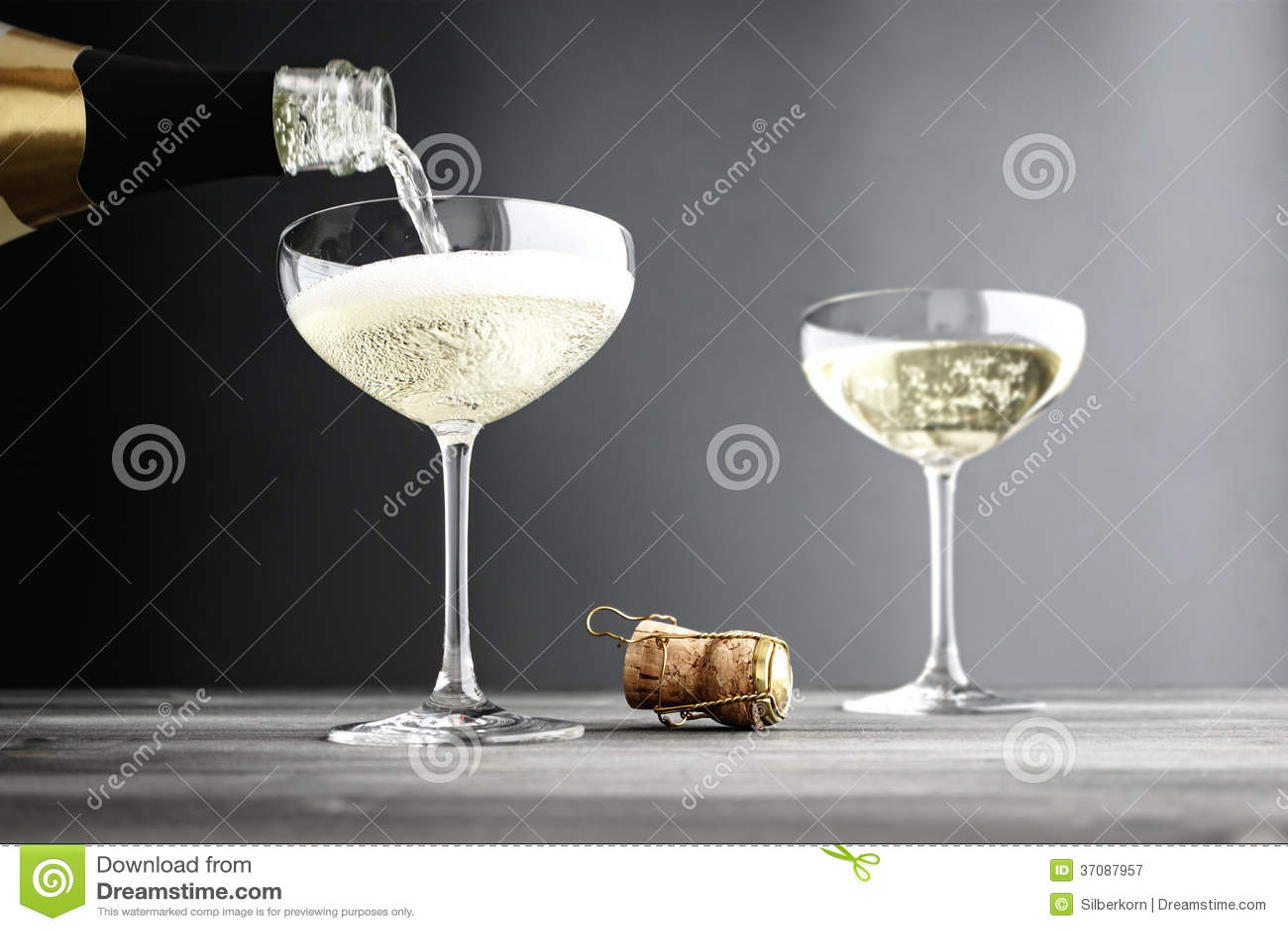 Download Szampan Jest Wypełniającymi Wewnątrz Coupe Szkłami Obraz Stock - Obraz złożonej z wineglass, alkohol: 37087957