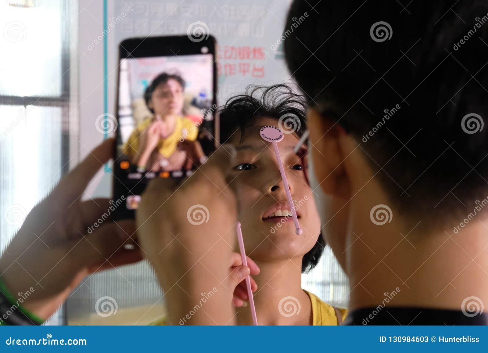 SZANGHAJ, CHINY: Lipiec 2018: Nowy medyczny app rozwija w Chiny ono bada na żeńskim pacjencie