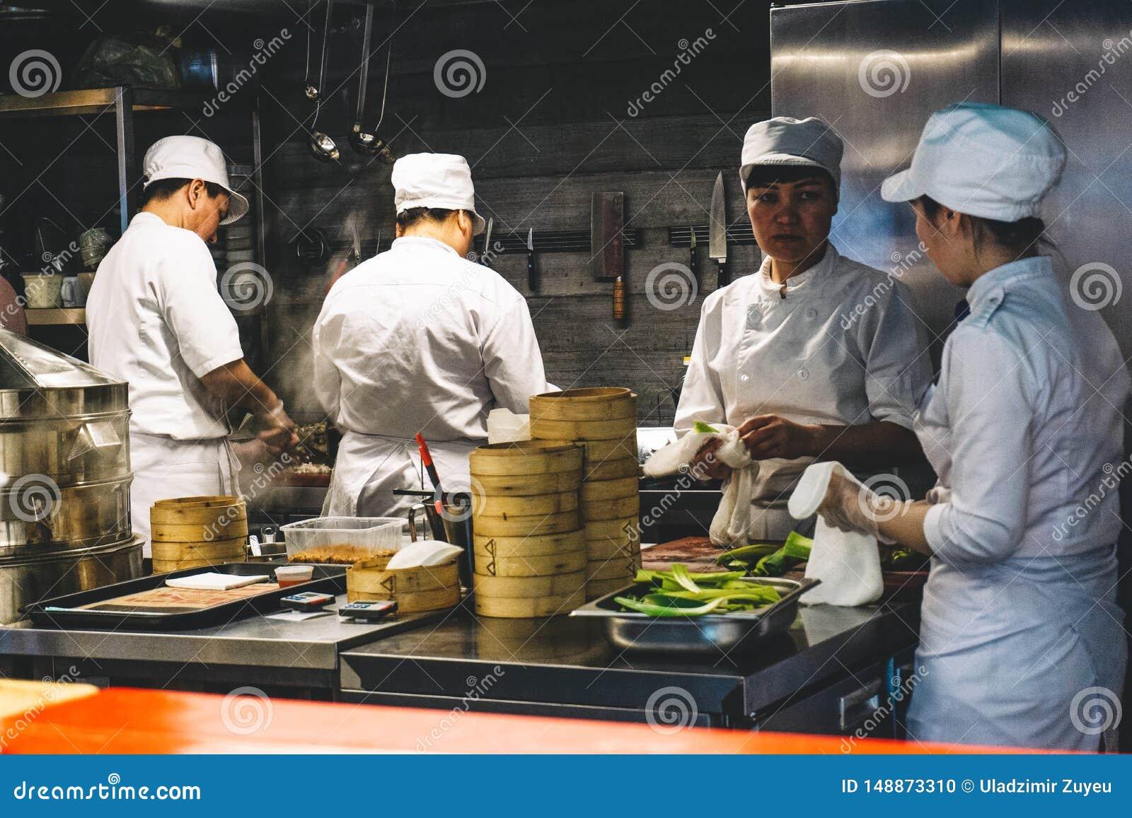 Szanghaj Chiny, Maj, - 27, 2019: Chińscy szefowie kuchni pracują w kuchni restauracja