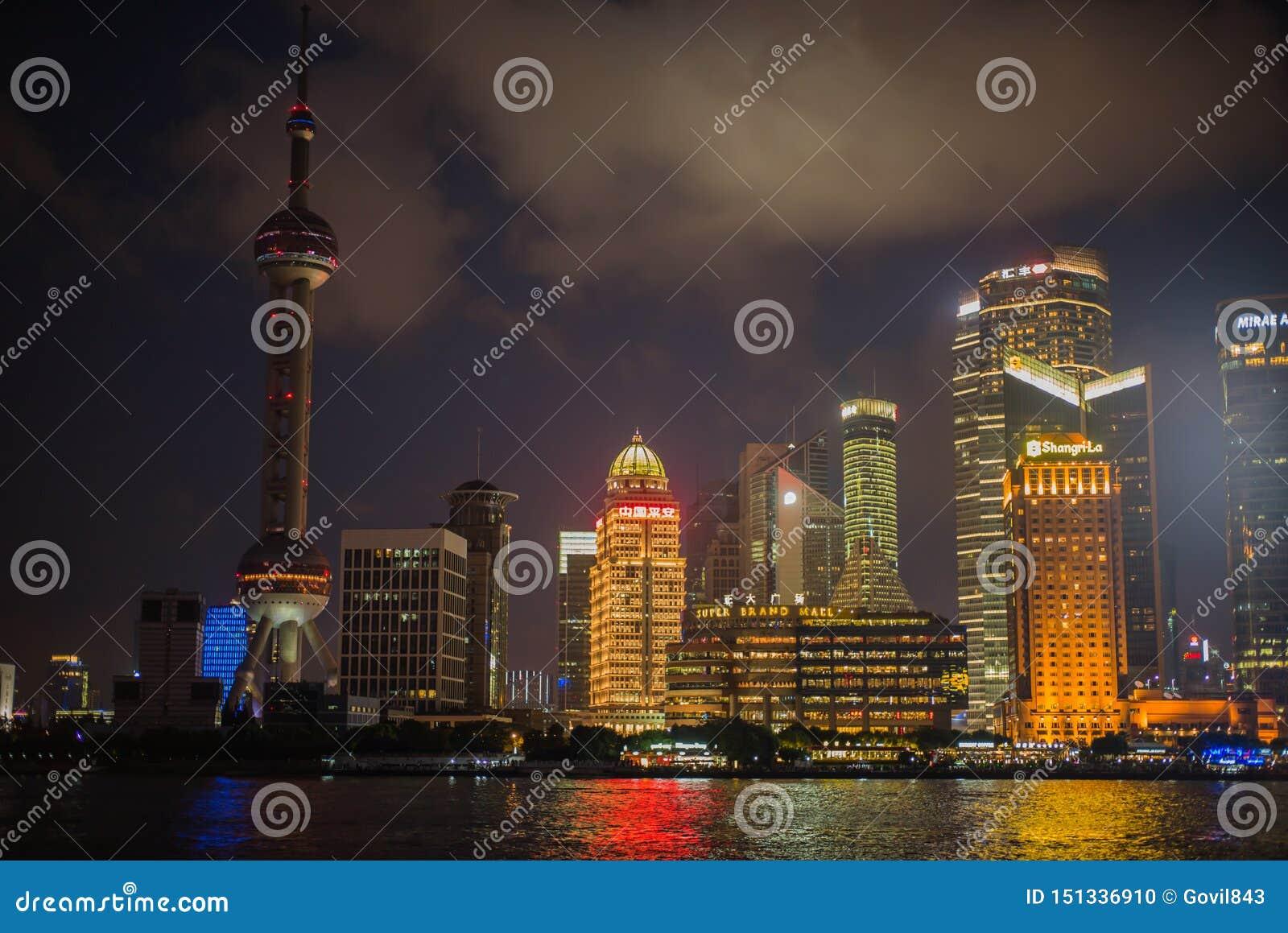 SZANGHAJ, CHINY: Pudong gromadzki widok od Bund nabrzeża terenu
