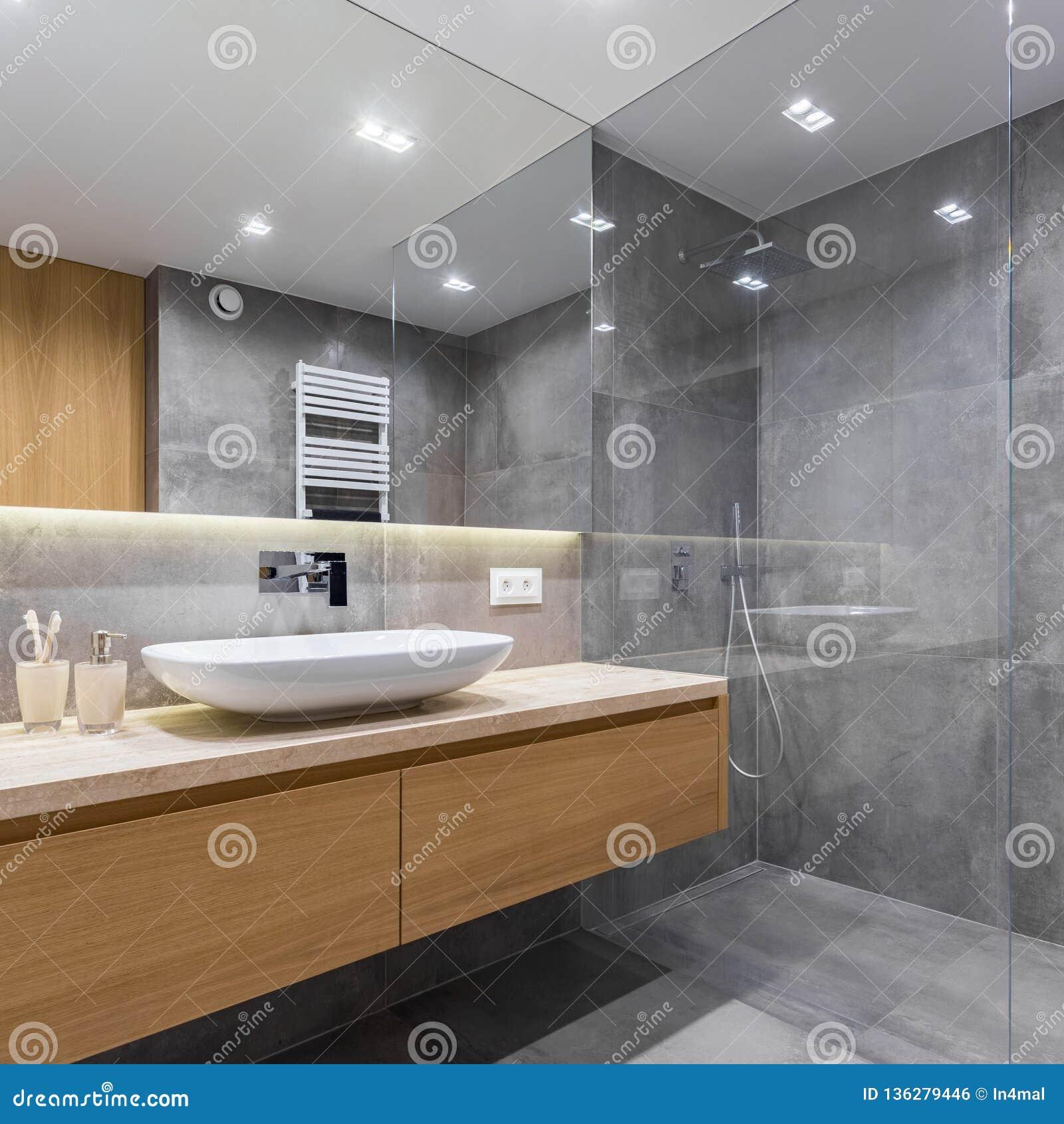 Szara łazienka z długim countertop