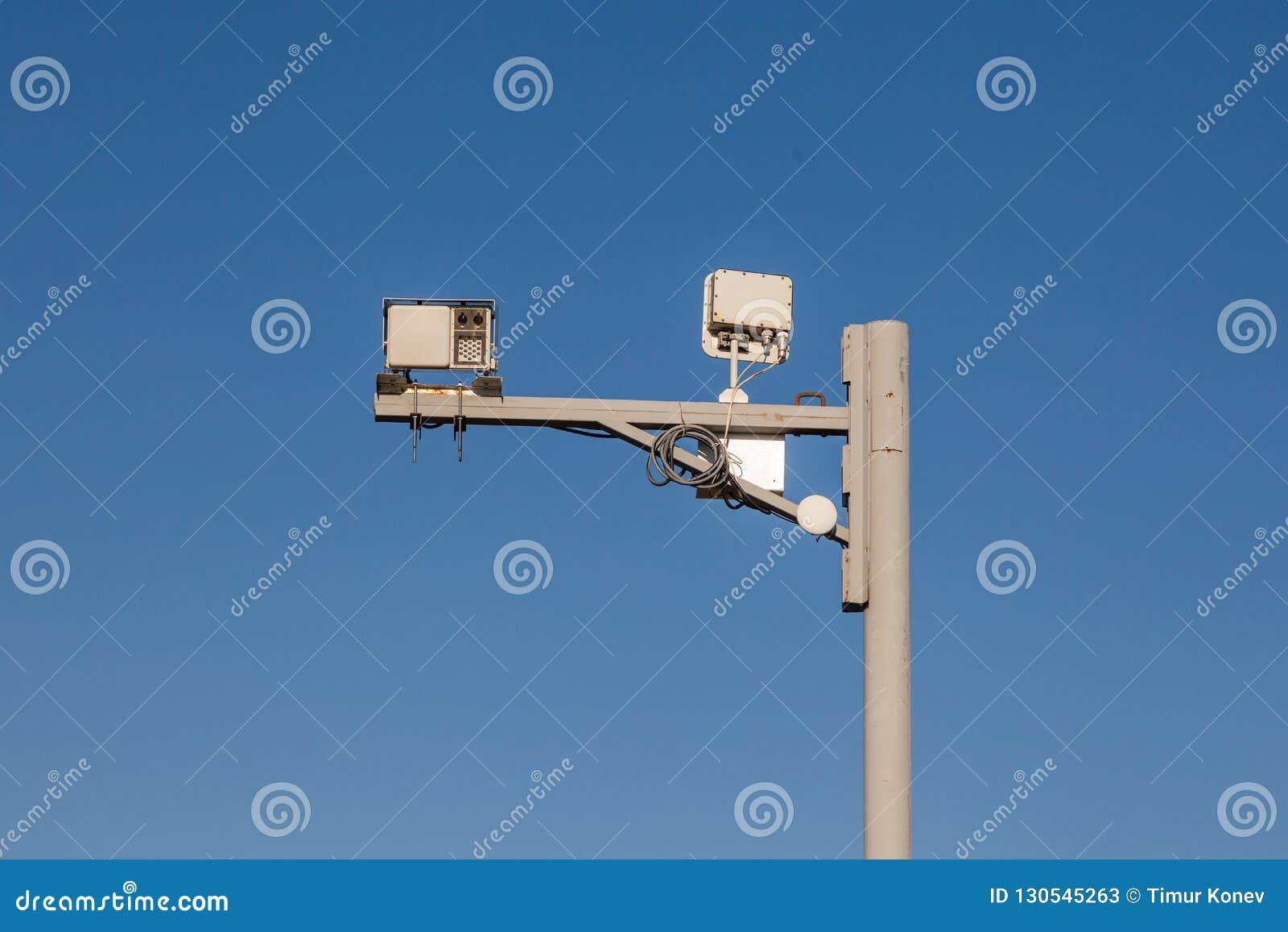 Szarego żelaza filar z inwigilacji kamerami dalej i prędkości kontrolą