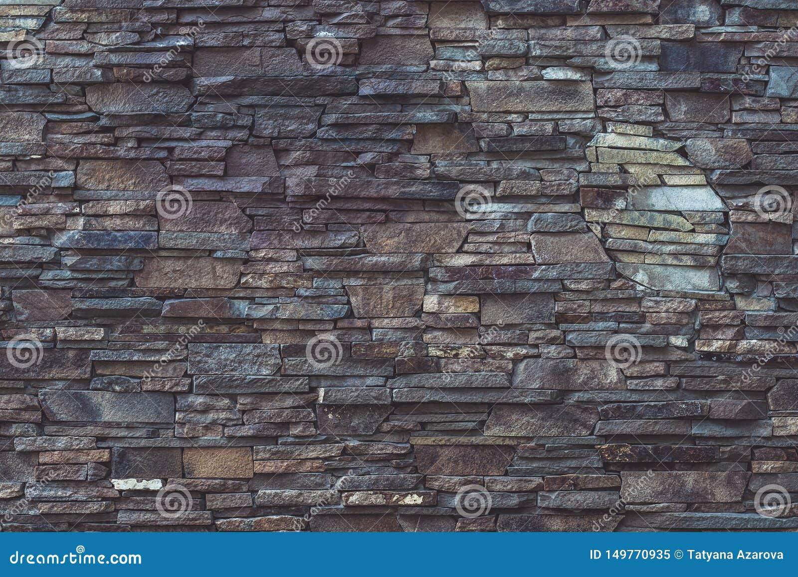 Szarość i brąz niszcząca kamienna tekstura fasadowy budynek Szorstki brickwork, brudny wietrzeć, siwieje obdrapanego ściennego tł
