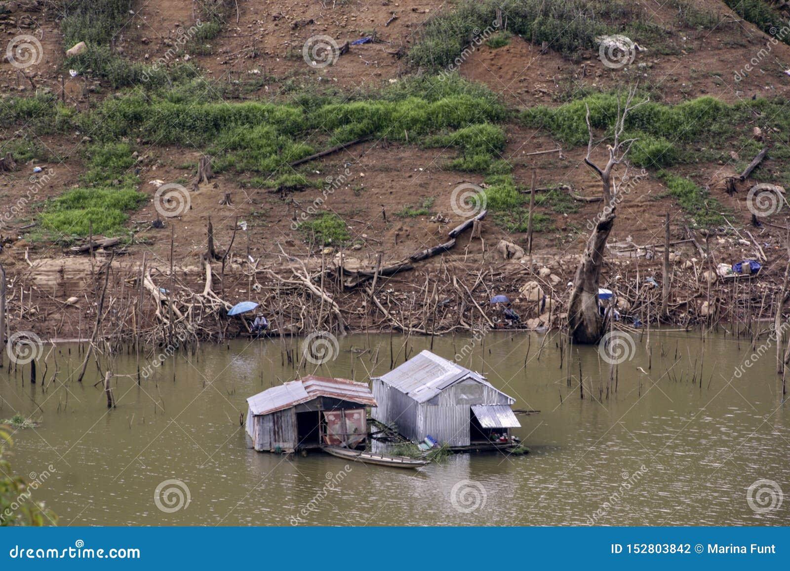 Szary chałupa dom budujący cyna ciąć na arkusze na rzece