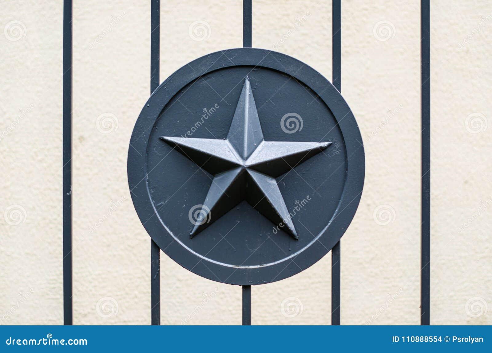 Szary metal gwiazdy wojska wojskowy na metalu ogrodzeniu zakazuje