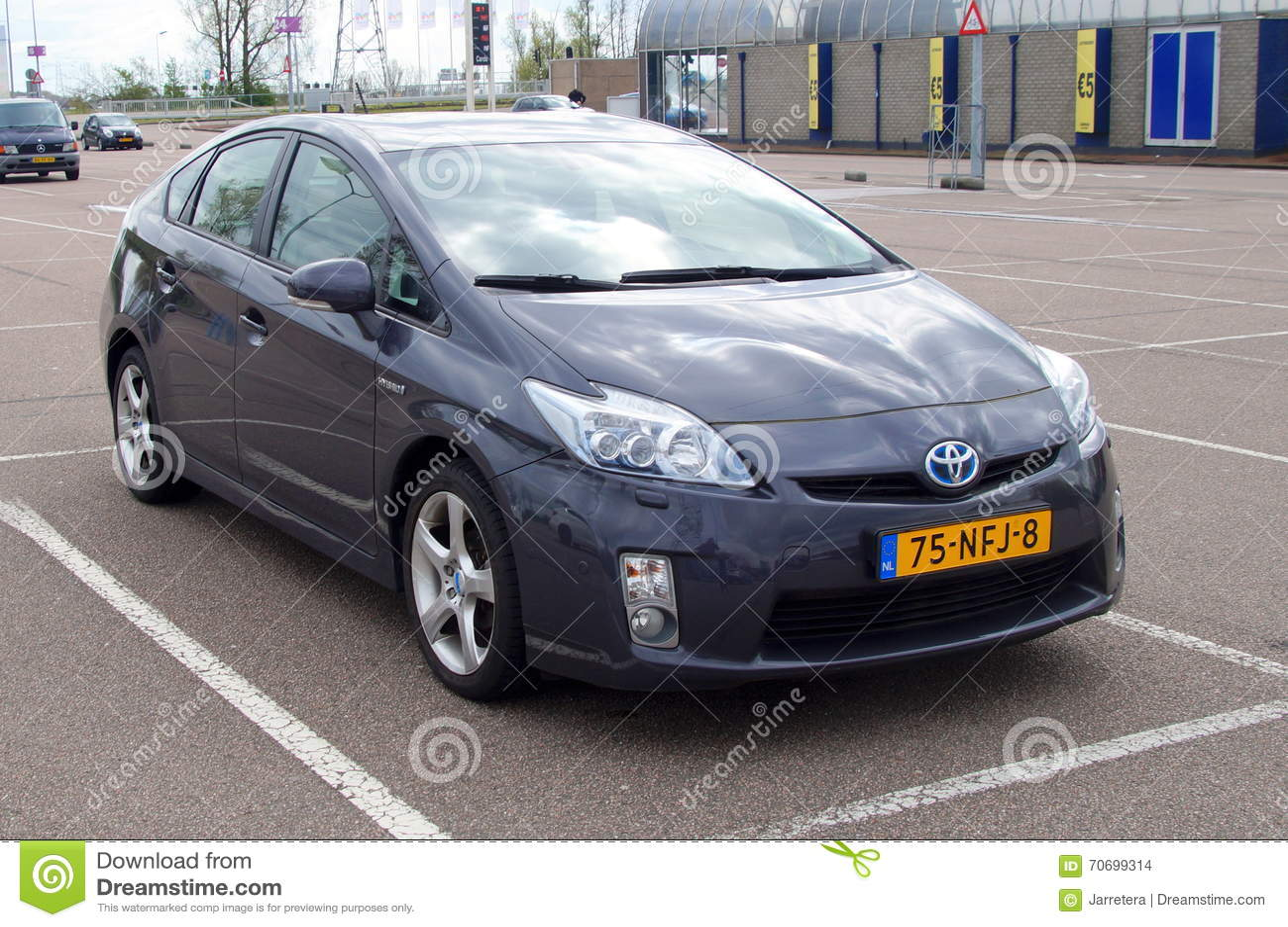 Szary Toyota Prius hybryd