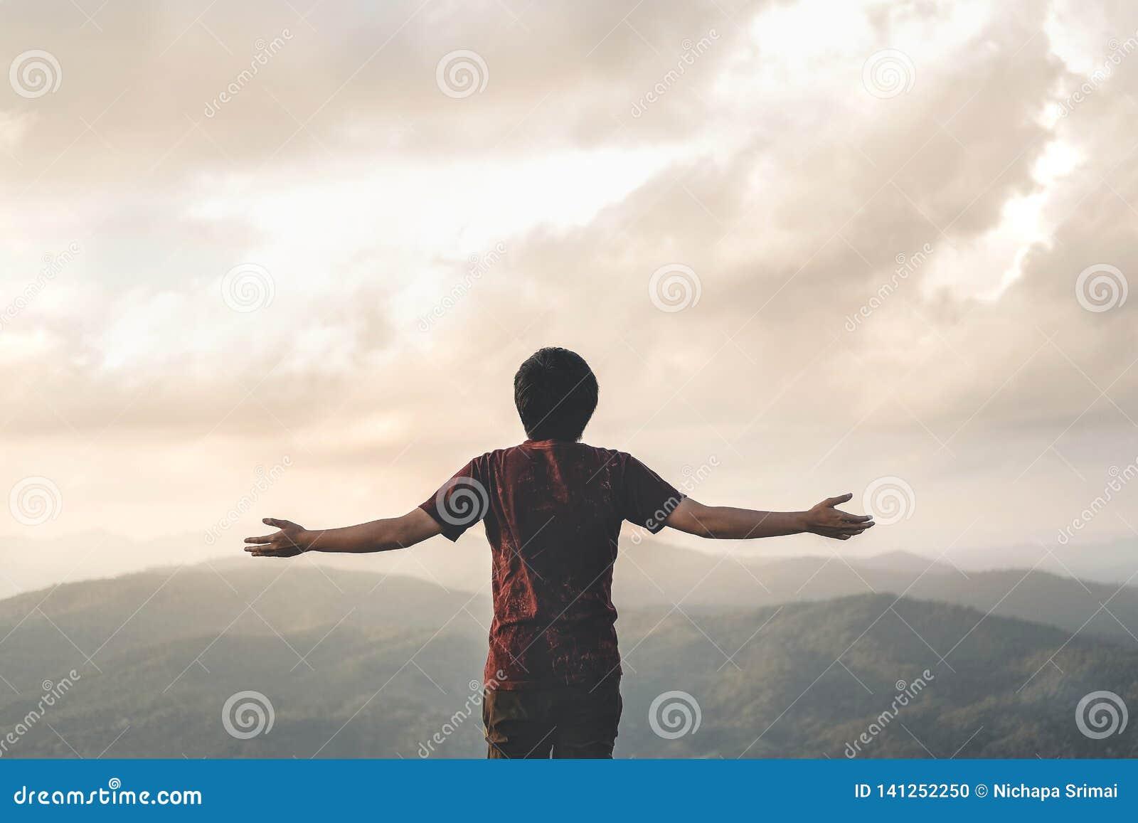 Szczęśliwa mężczyzna wolność w wschód słońca natury Pomyślnym pojęciu