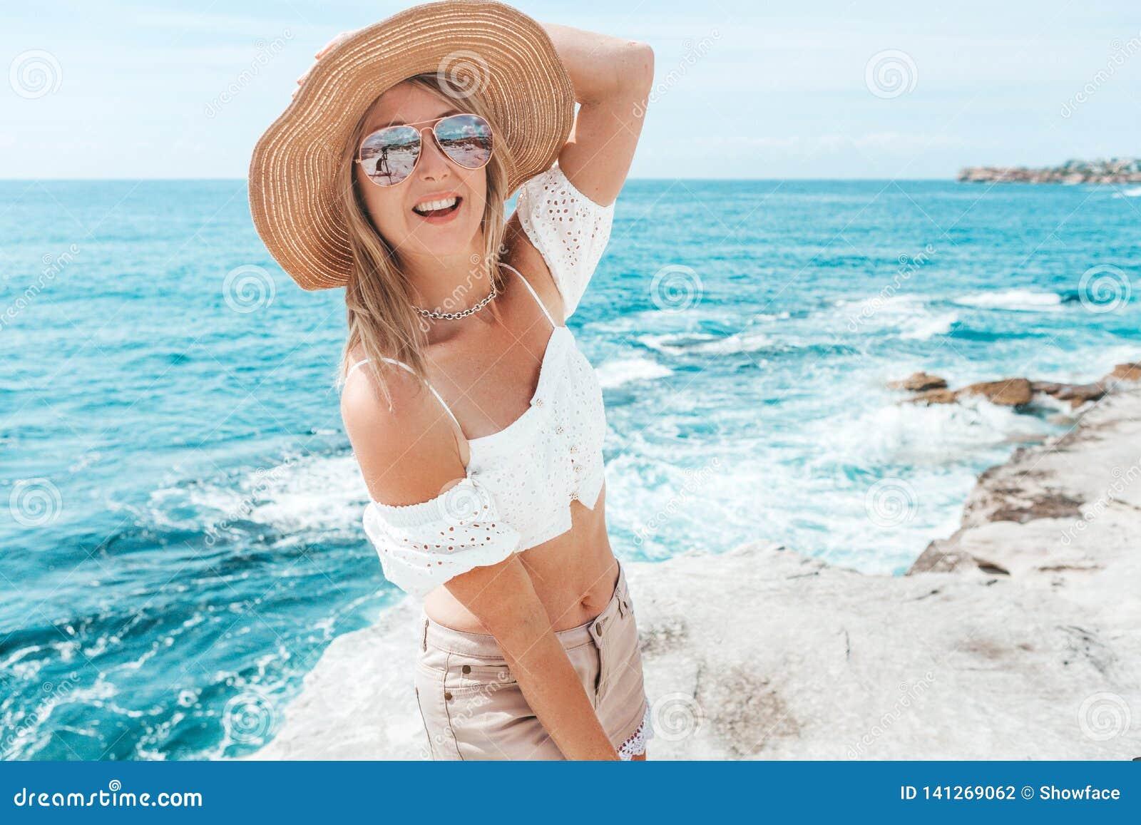 Szczęśliwa suntanned kobieta oceanu wakacje letni odtwarzaniem