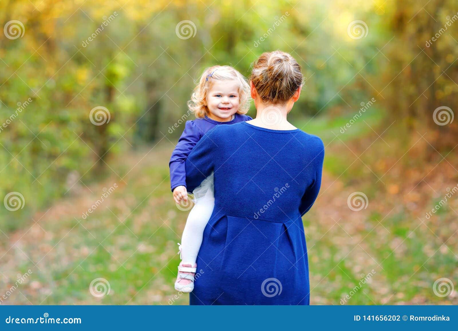 Szczęśliwi potomstwa matkują mieć zabawa berbecia ślicznej córki, rodzinny portret wpólnie Kobieta z piękną dziewczynką w naturze