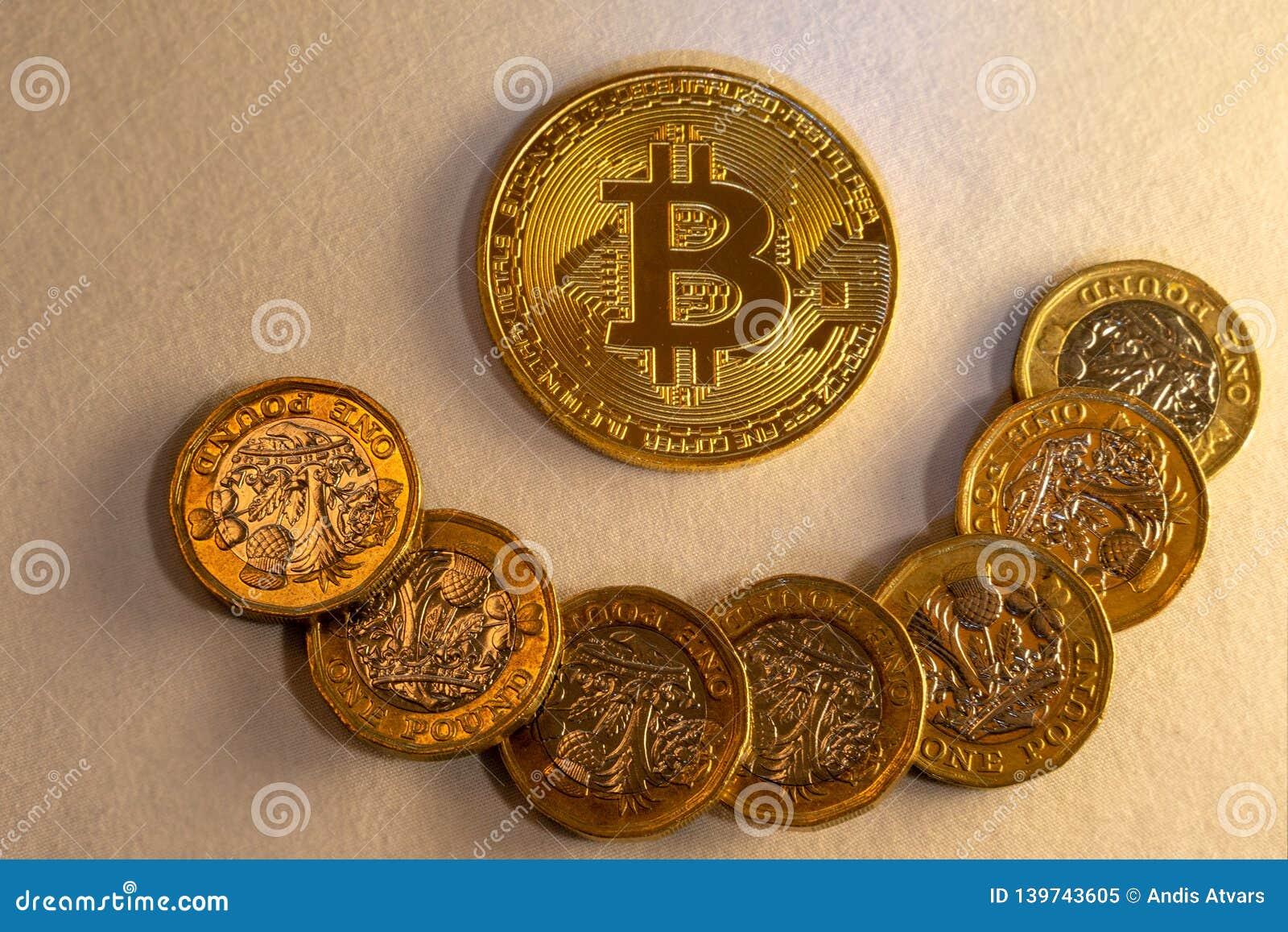 Szczęśliwy bitcoin kolaż, cryptocurrency akceptuje dla zapłaty i finanse pojęcie,