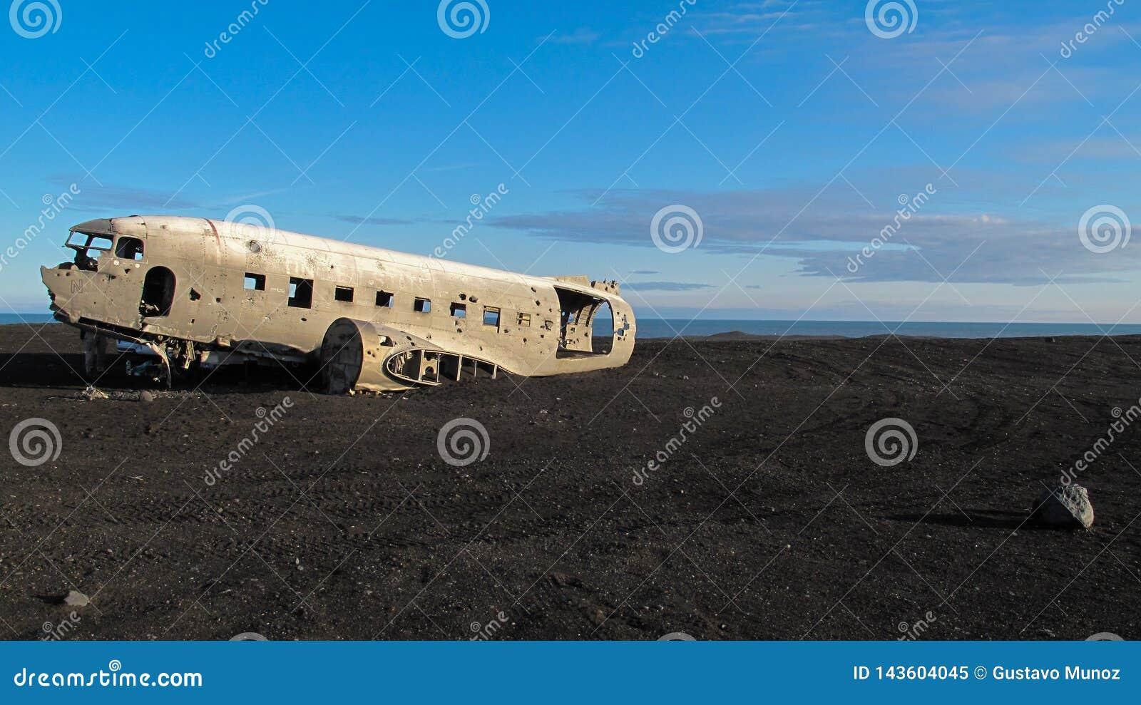 Szczątki rozbijający samolot w 1973 Douglas R4D Dakota DC-3 C 117 US Navy w Iceland przy Solheimsandur plażą