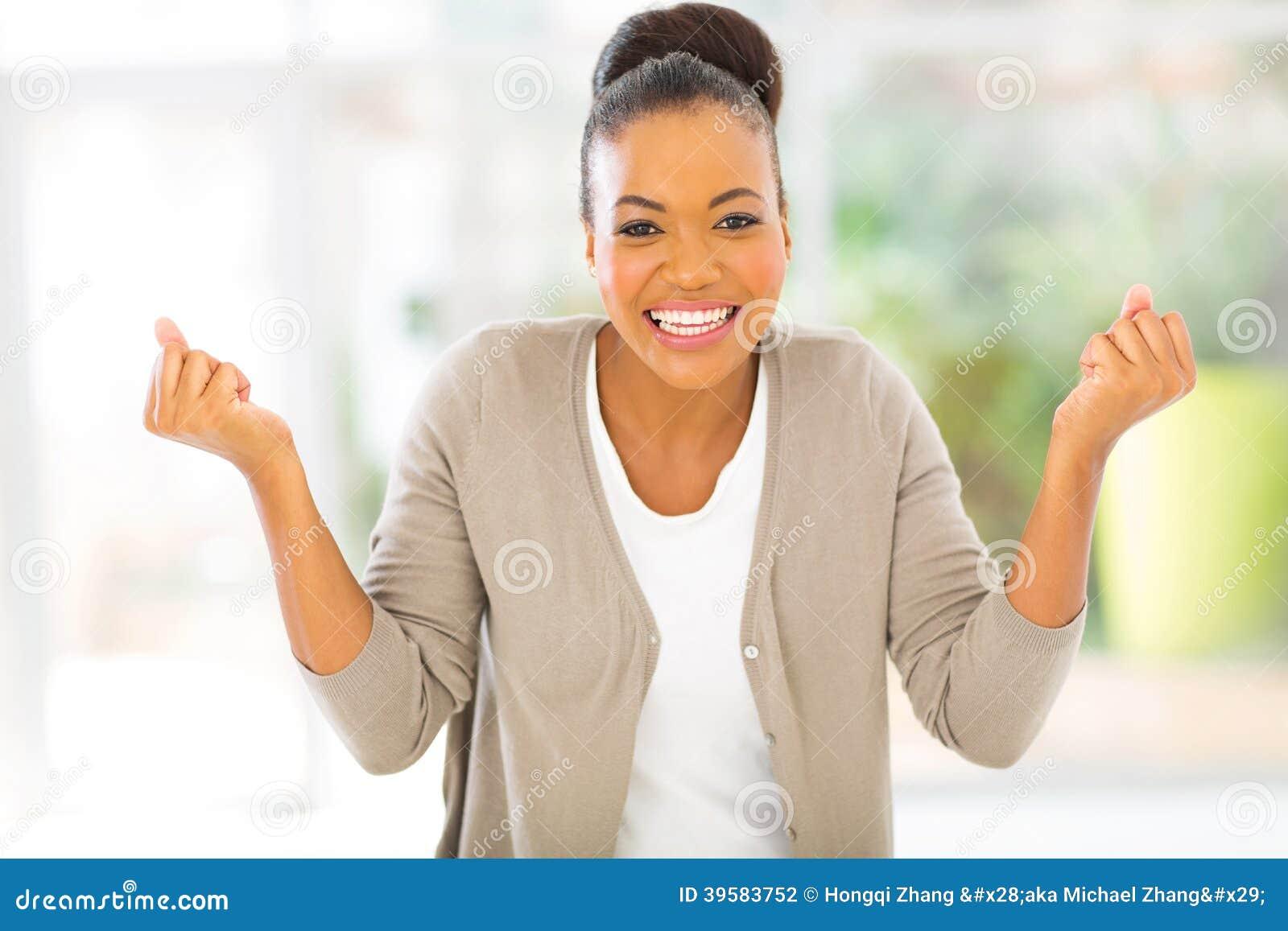 Szczęśliwa afrykańska kobieta