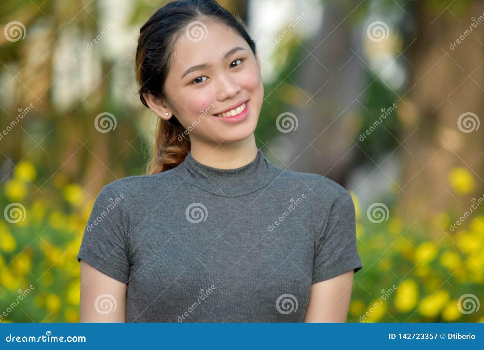 Szcz??liwa Atrakcyjna Azjatycka kobieta