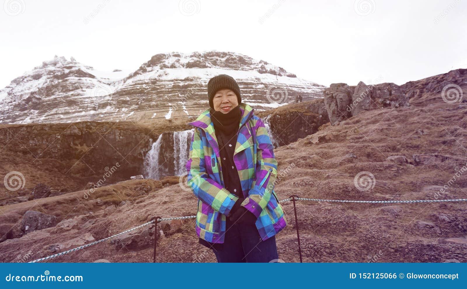 Szczęśliwa Azjatycka starsza kobiety zabawy podróż po retirment Europa Iceland wycieczka