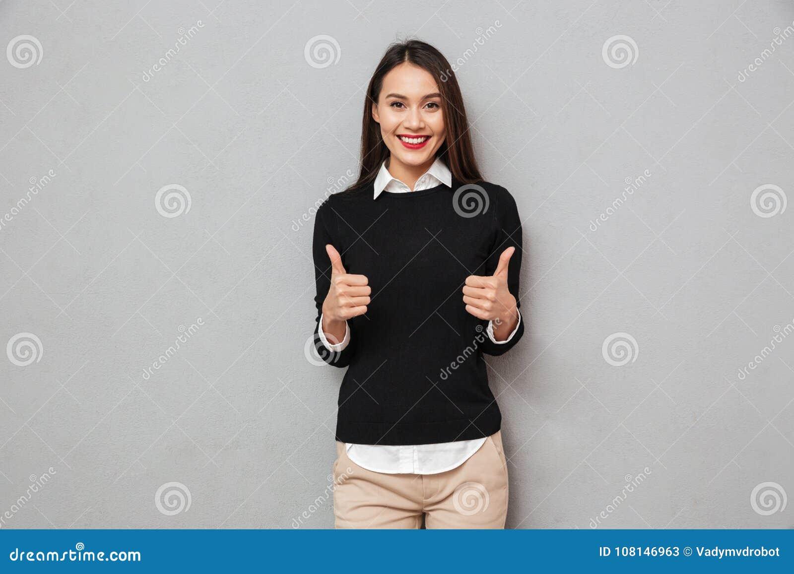 Szczęśliwa azjatykcia biznesowa kobieta w biznesie odziewa pokazywać aprobaty