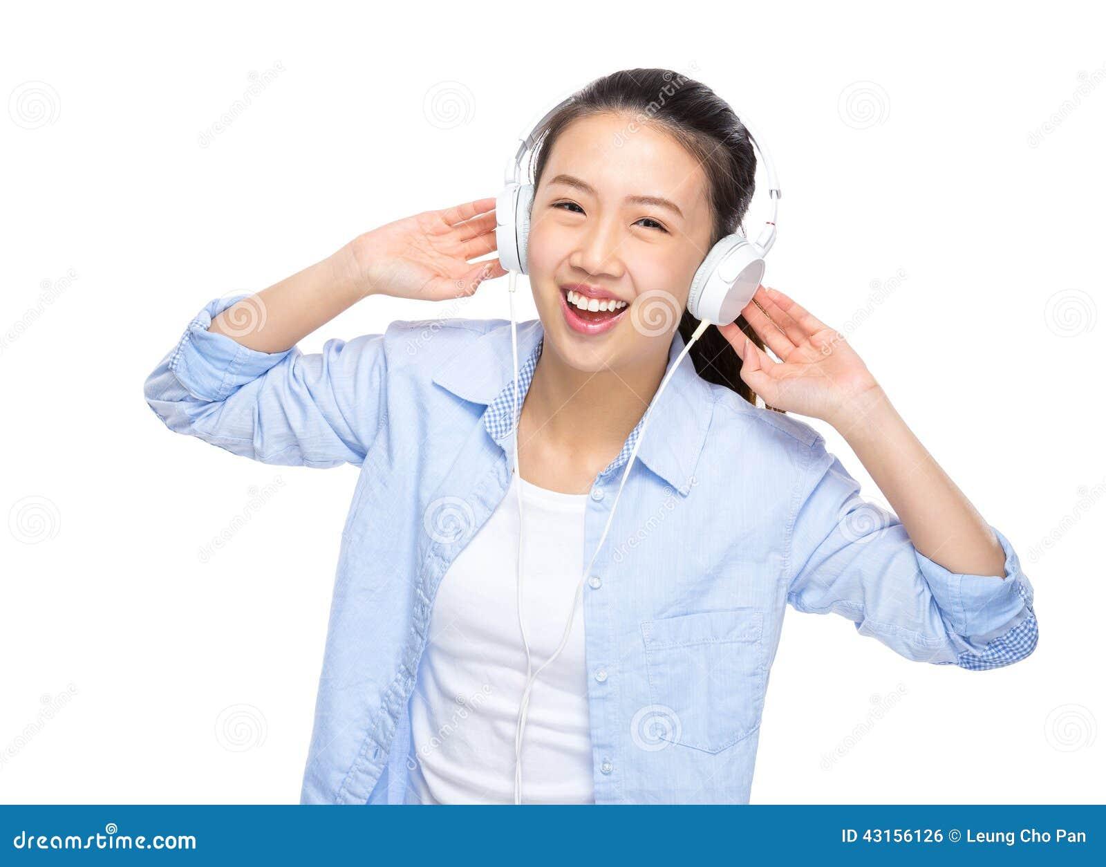 Szczęśliwa azjatykcia kobieta słucha piosenka hełmofonem