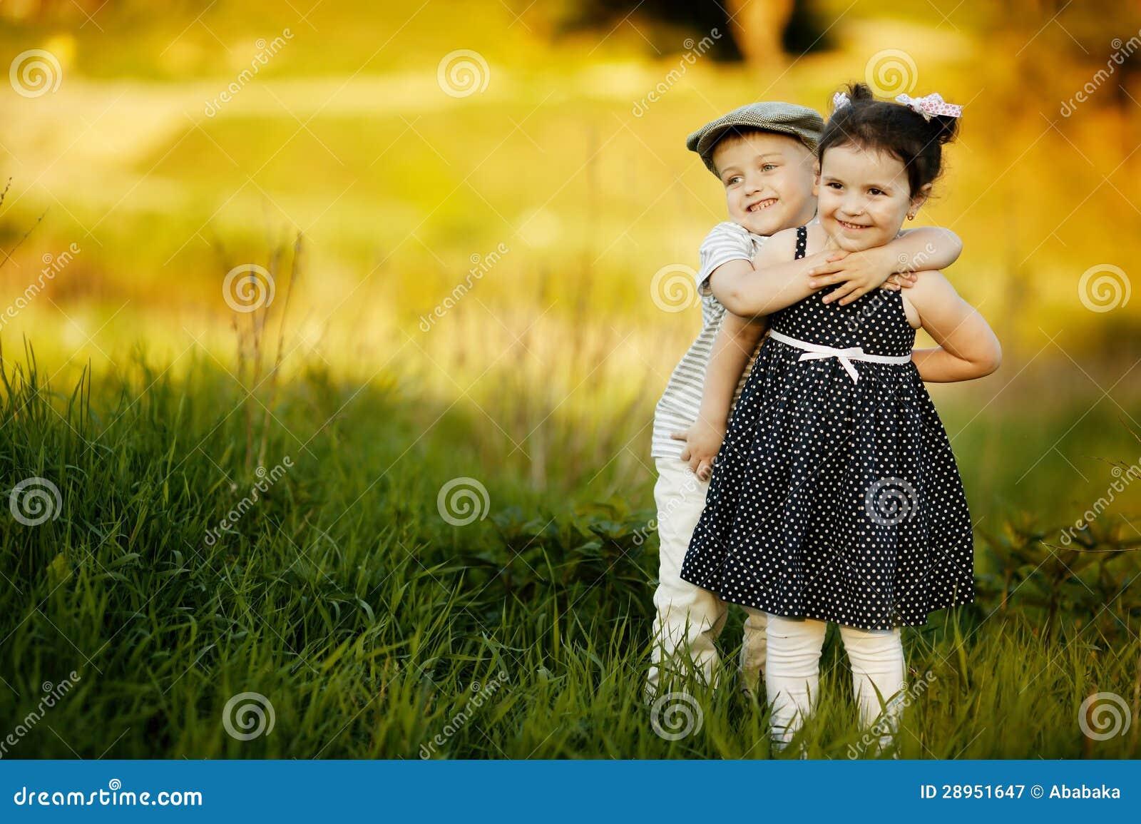Szczęśliwa chłopiec i dziewczyna