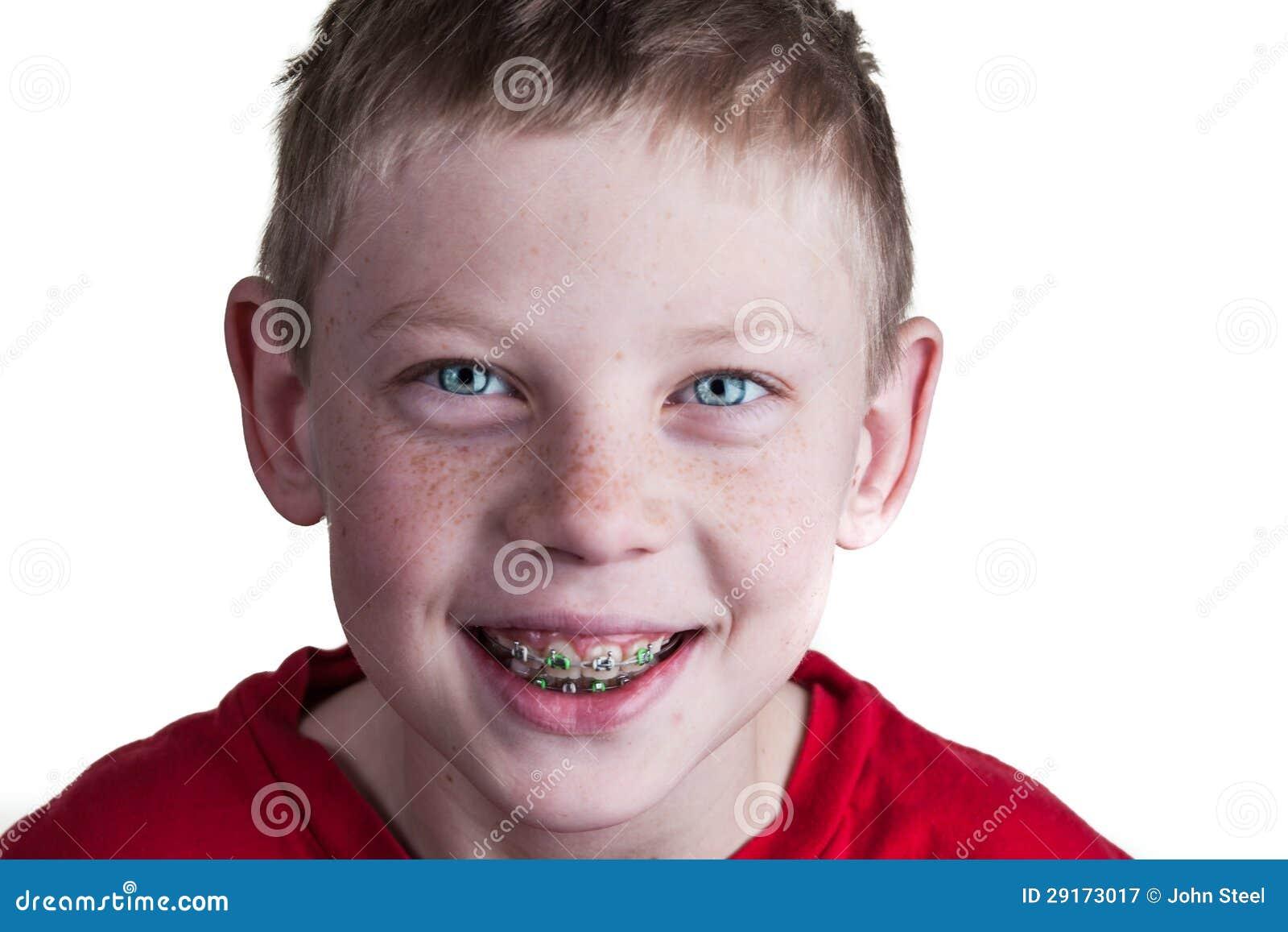 Szczęśliwa chłopiec z brasami