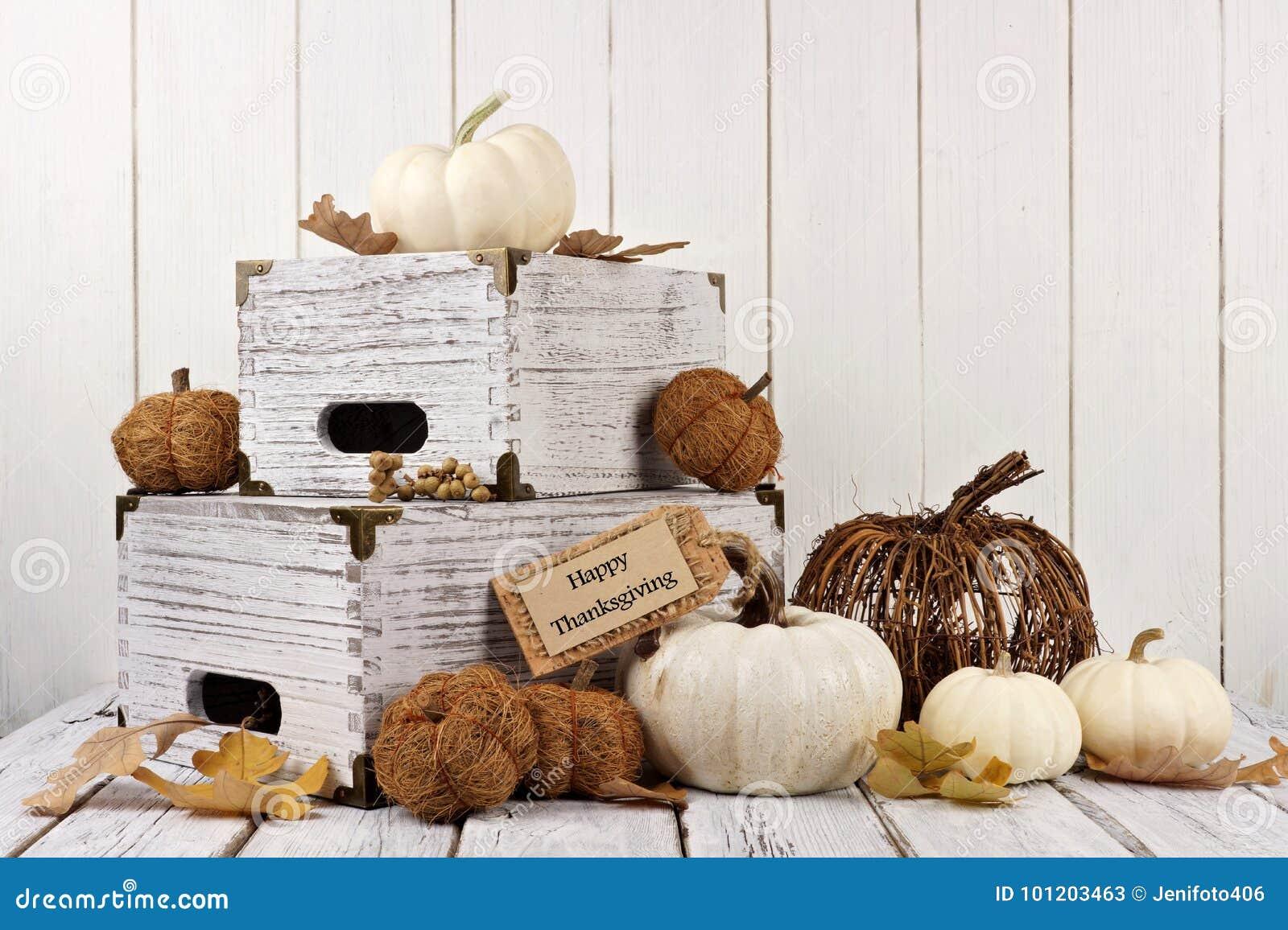 Szczęśliwa dziękczynienie etykietka z wystrojem przeciw białemu drewnu