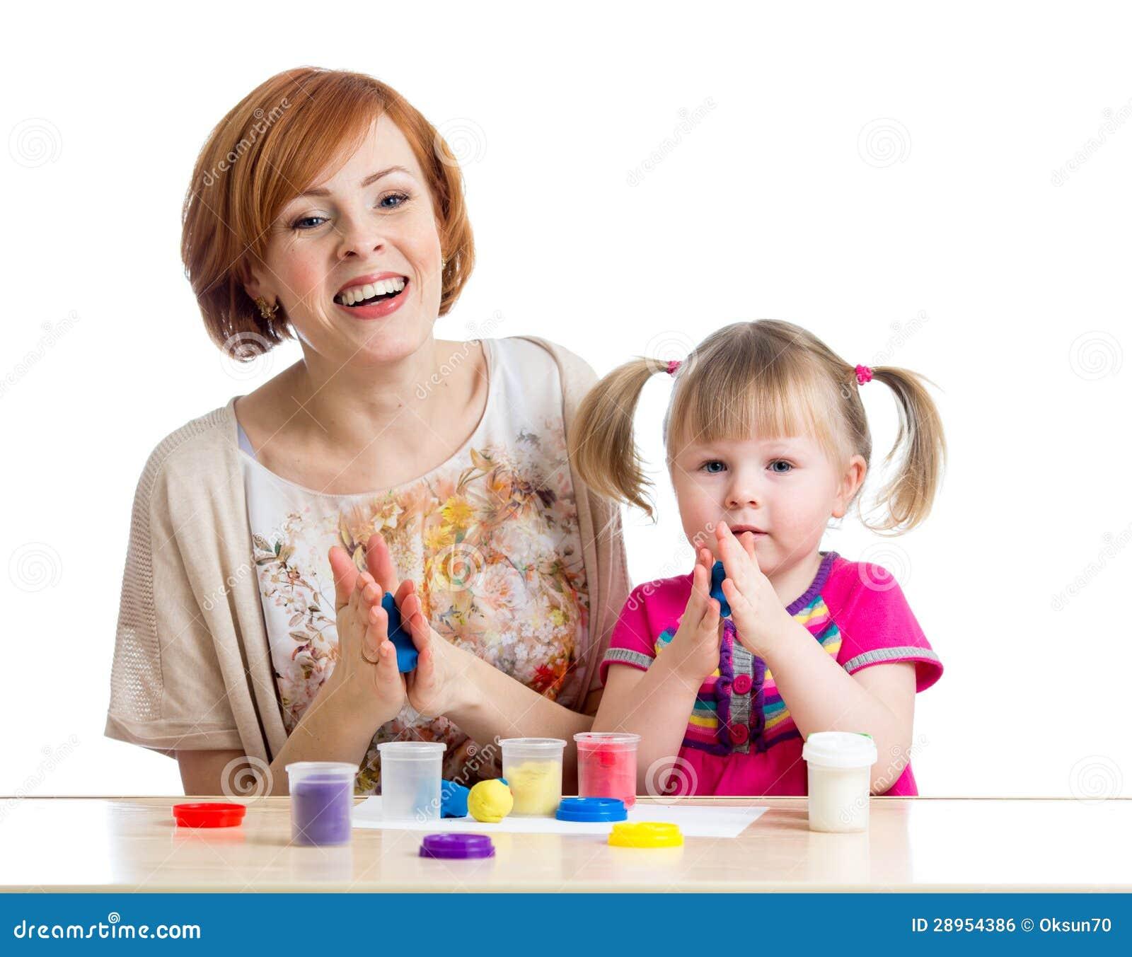 Szczęśliwa dzieciak matki i dziewczyny sztuka z kolorową gliną bawi się