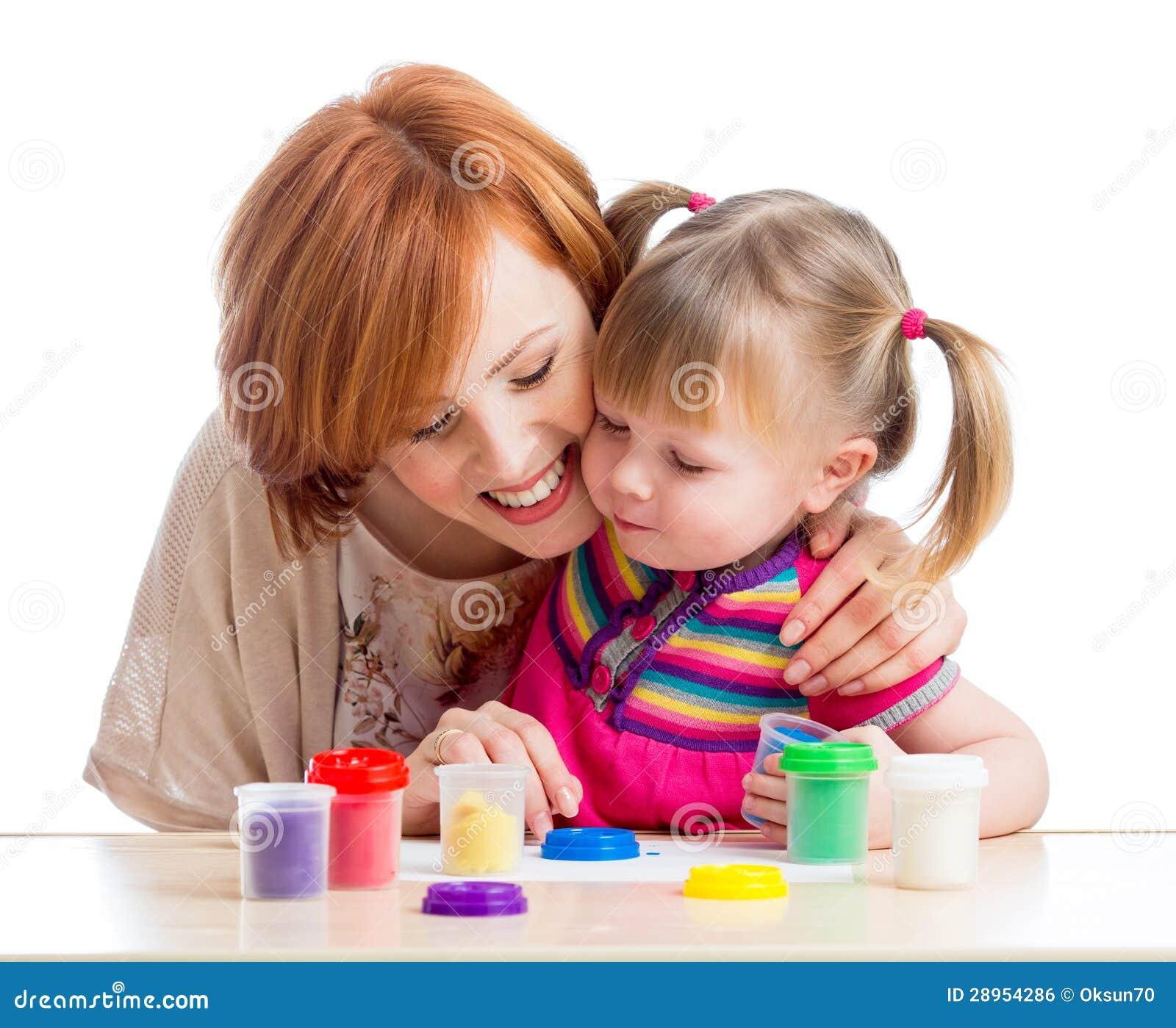 Szczęśliwa dziecko matki i dziewczyny sztuka z kolorową gliną bawi się