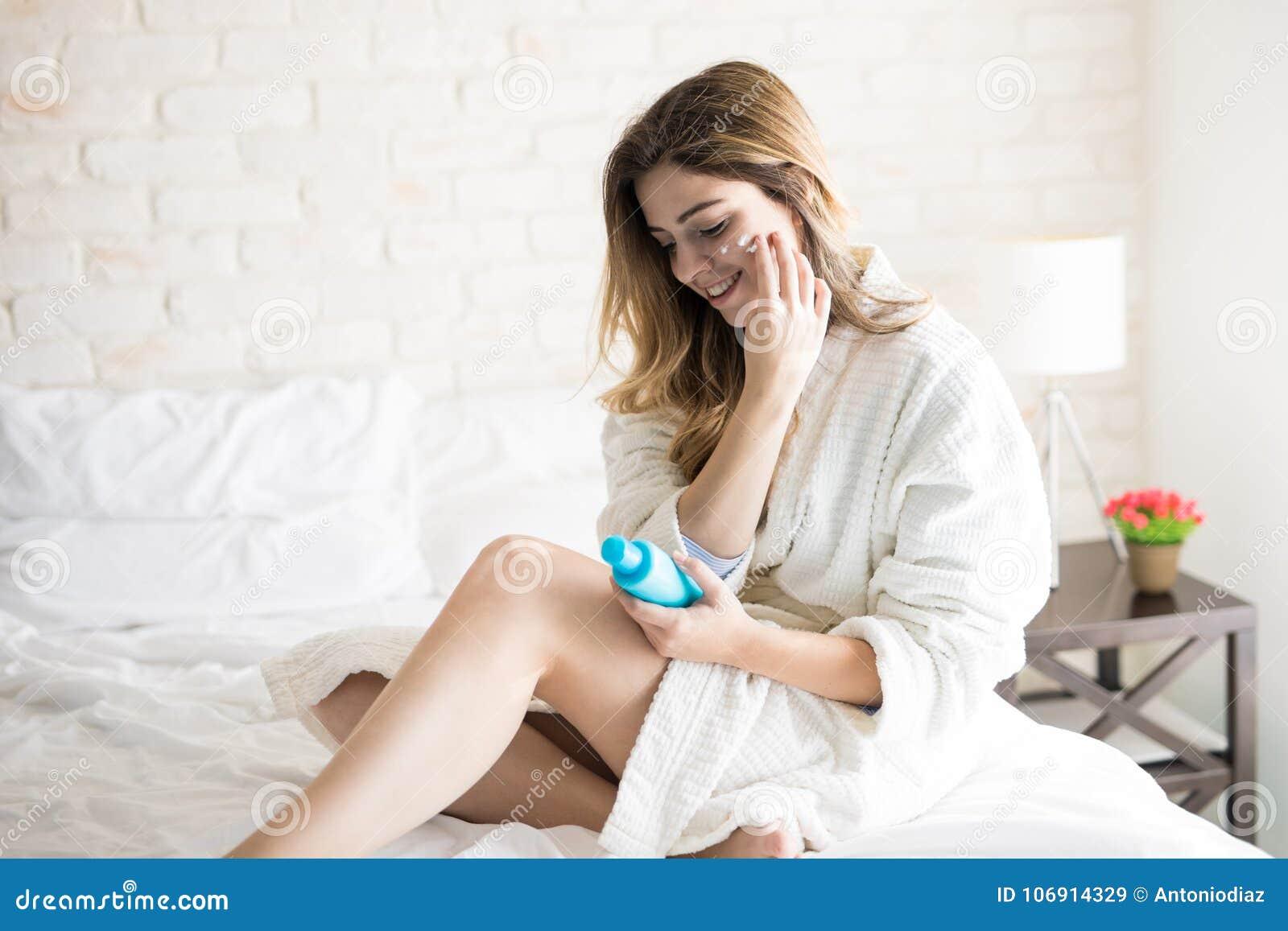 Szczęśliwa dziewczyna bierze opiekę jej skóra