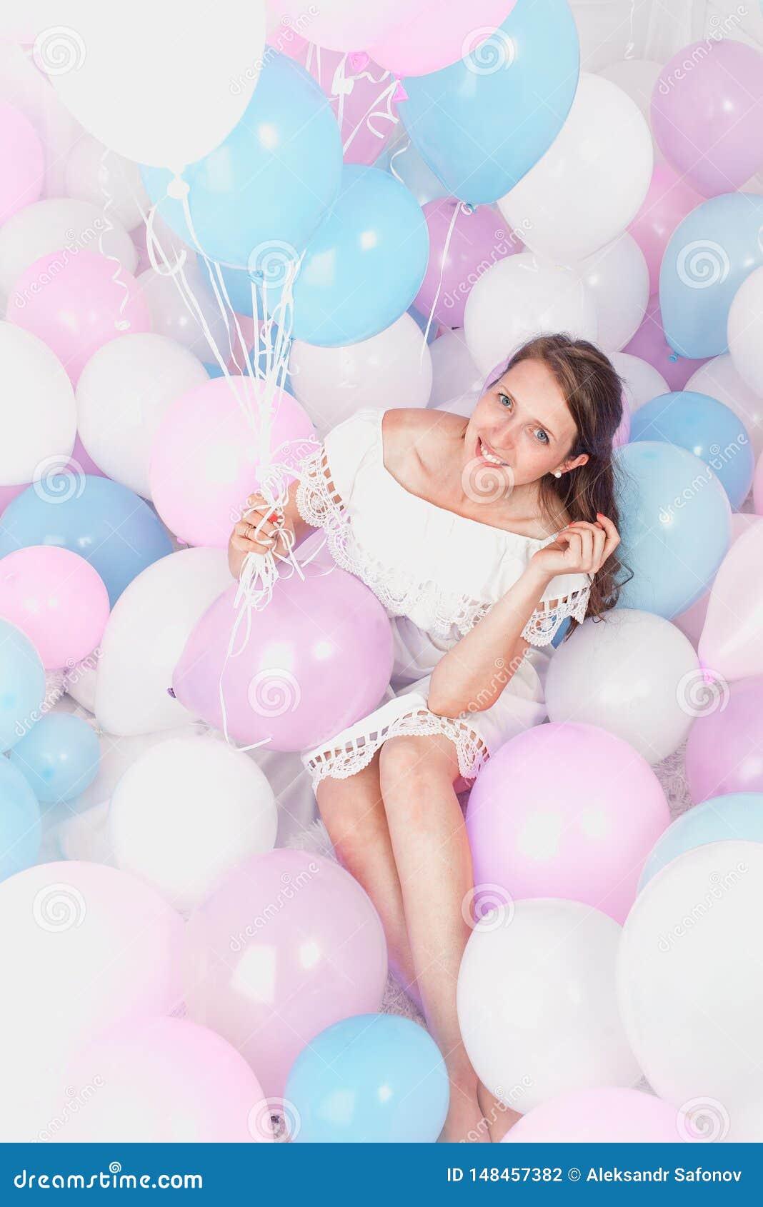 Szczęśliwa dziewczyna ono uśmiecha się, udziały piłki, studio