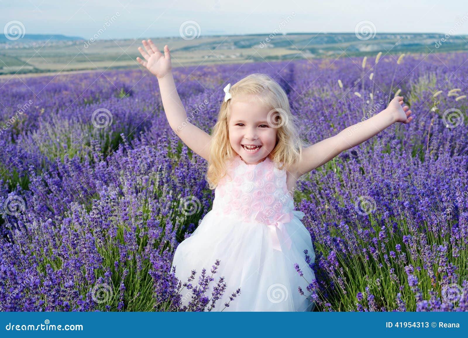 Szczęśliwa dziewczyna w polu