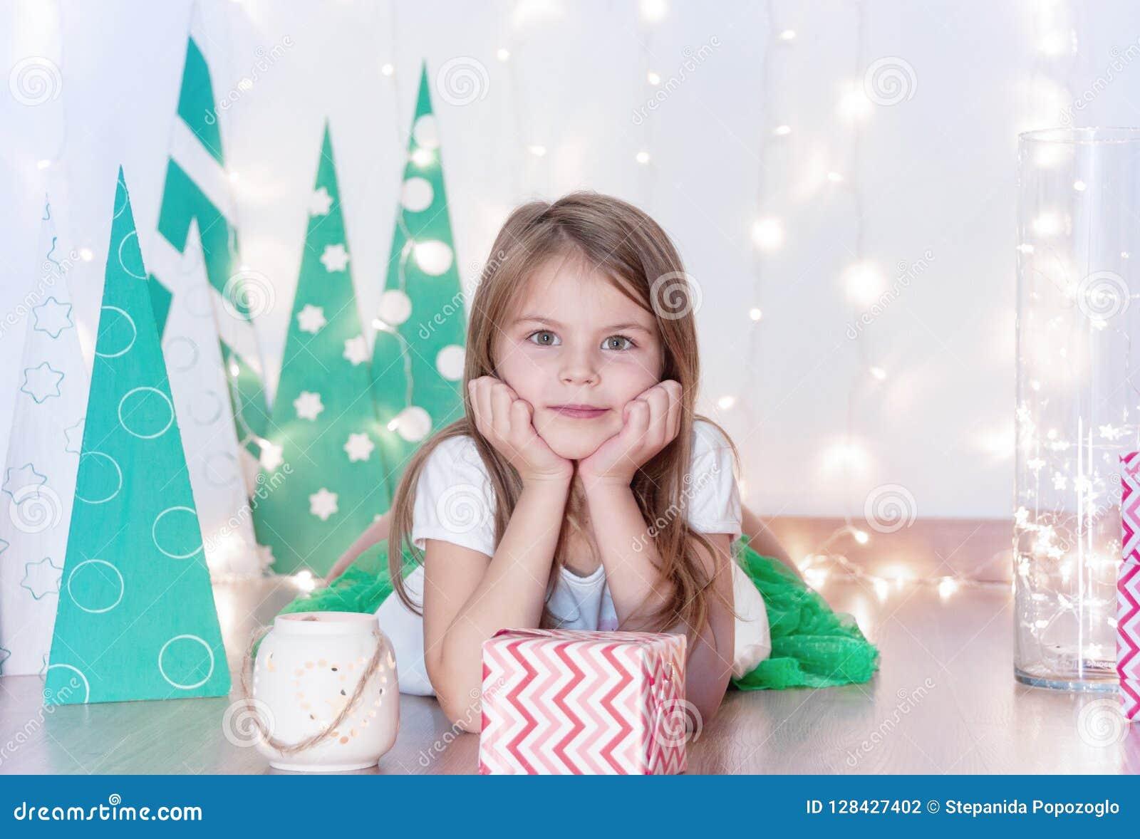 Szczęśliwa dziewczyna z jego Bożenarodzeniowym prezentem Bożenarodzeniowy wakacje i prezenty