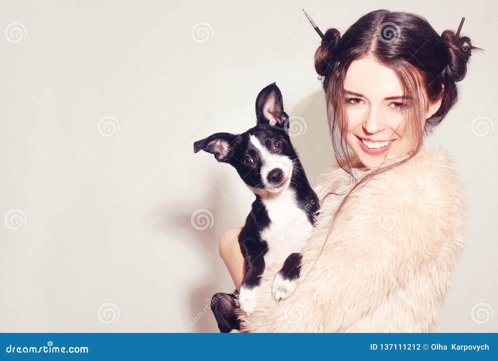 Szczęśliwa dziewczyna z szczeniakiem Kobieta zabawę z jej psem Psi właściciel ma zabawę z zwierzęciem domowym Przyjaźń między ist