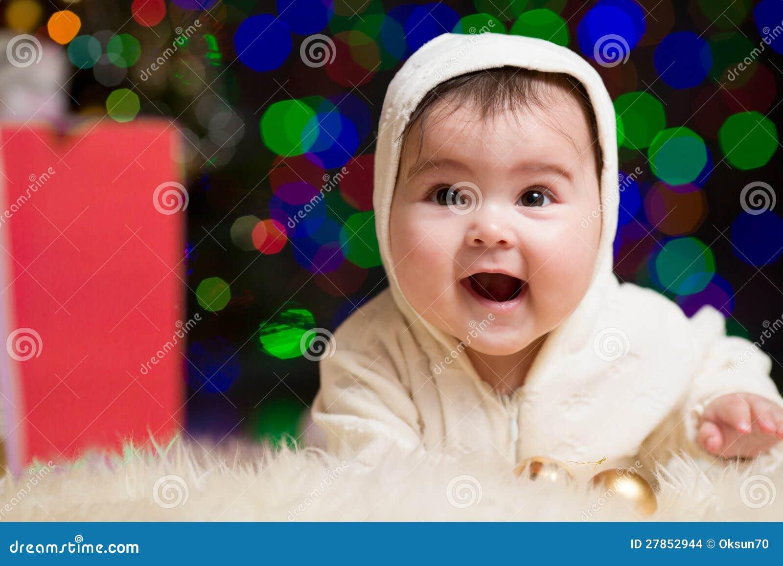Szczęśliwa dziewczynka z prezentami pod Choinką