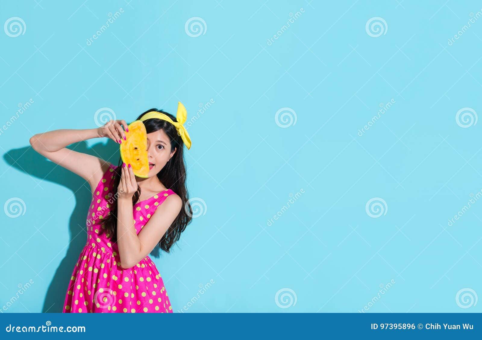 Szczęśliwa elegancka kobieta trzyma świeżego arbuza