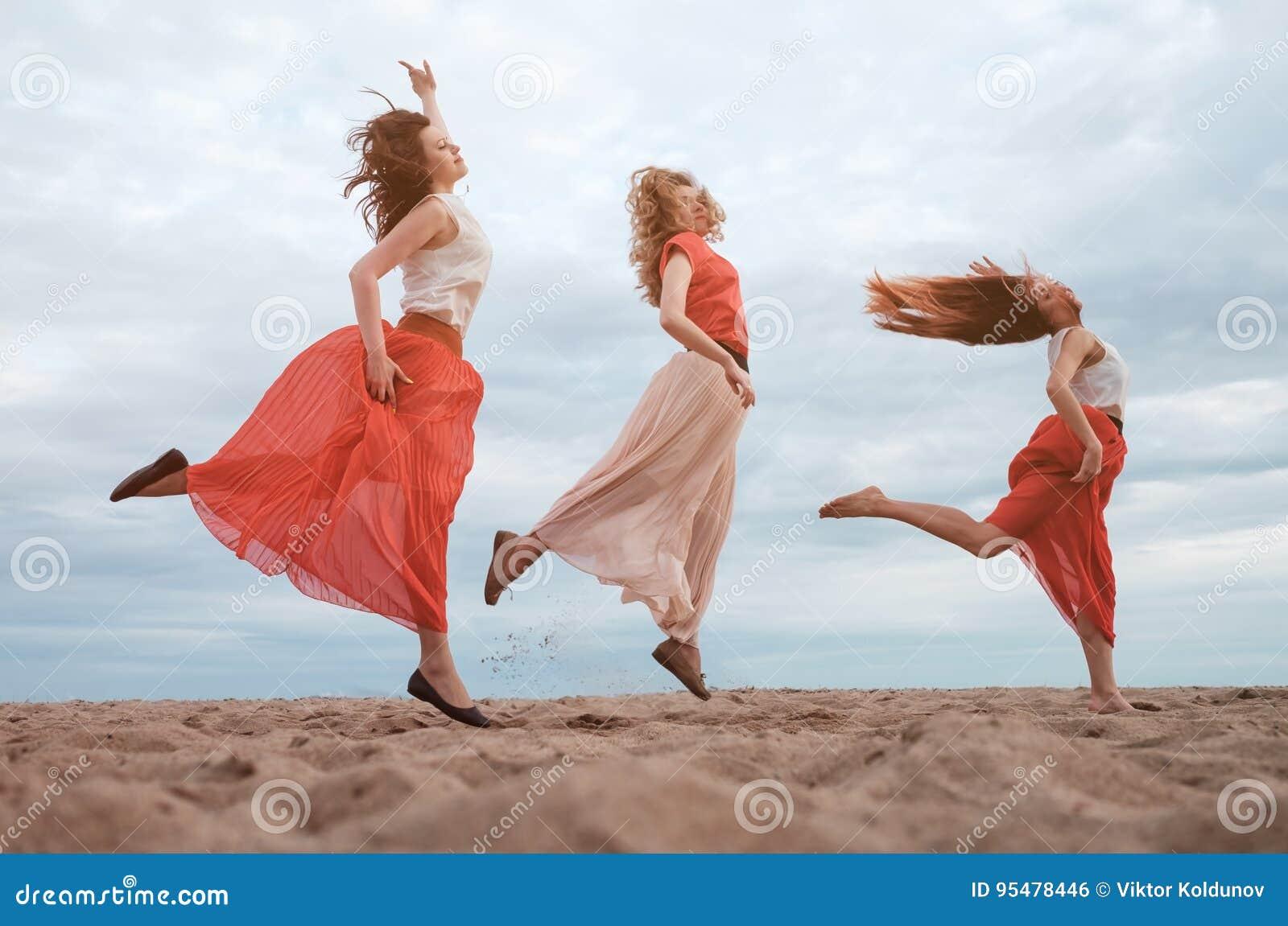 Szczęśliwa grupa kobiety ma zabawę outdoors