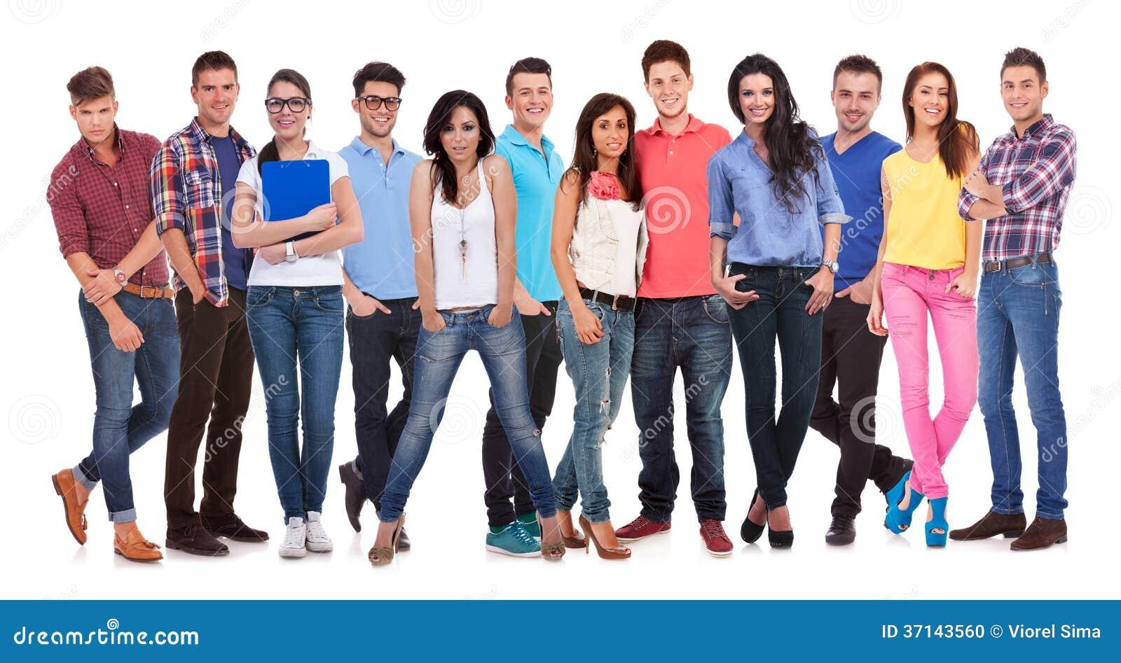 Szczęśliwa grupa młodzi przypadkowi ludzie stoi wpólnie