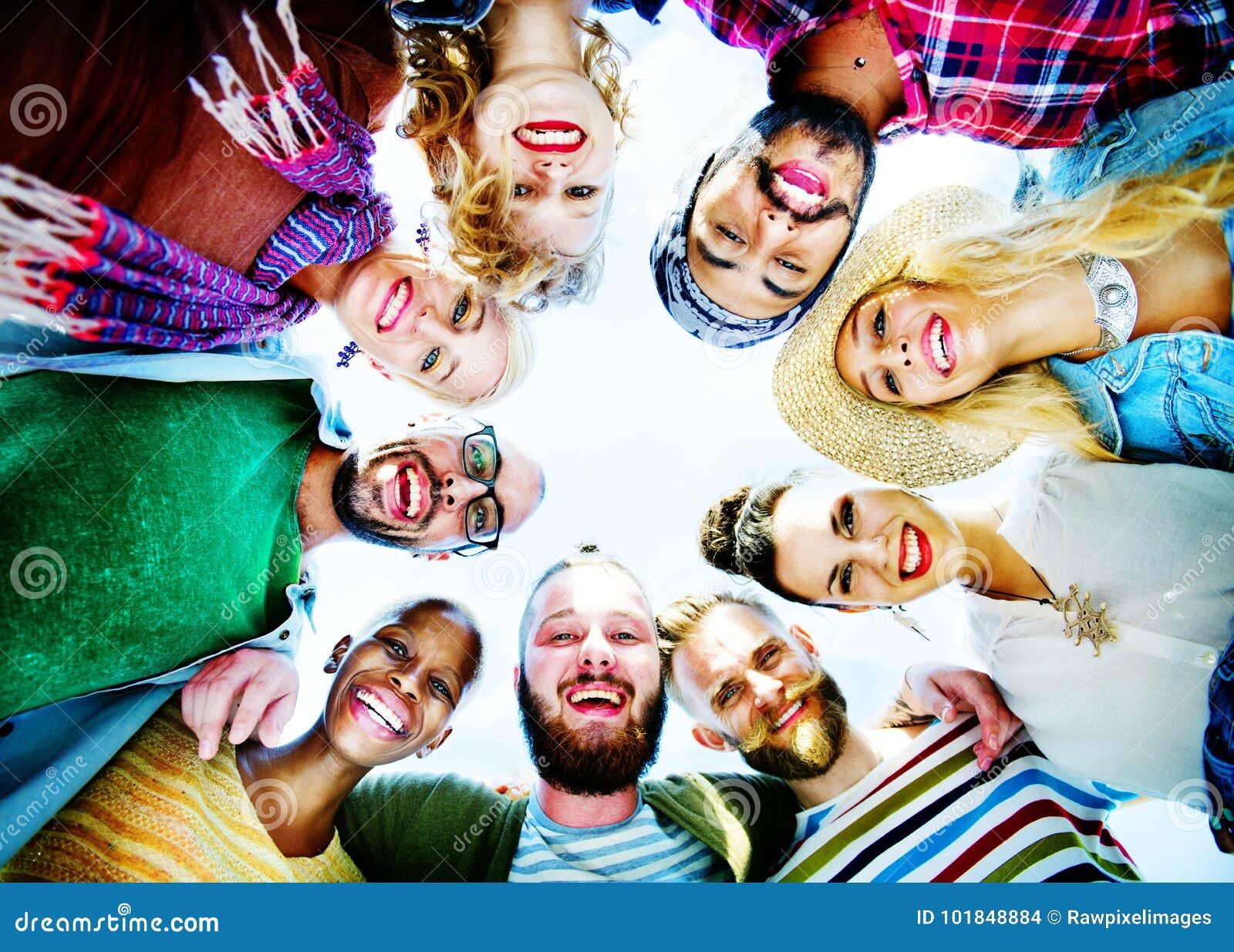 Szczęśliwa grupa przyjaciel części pojęcie