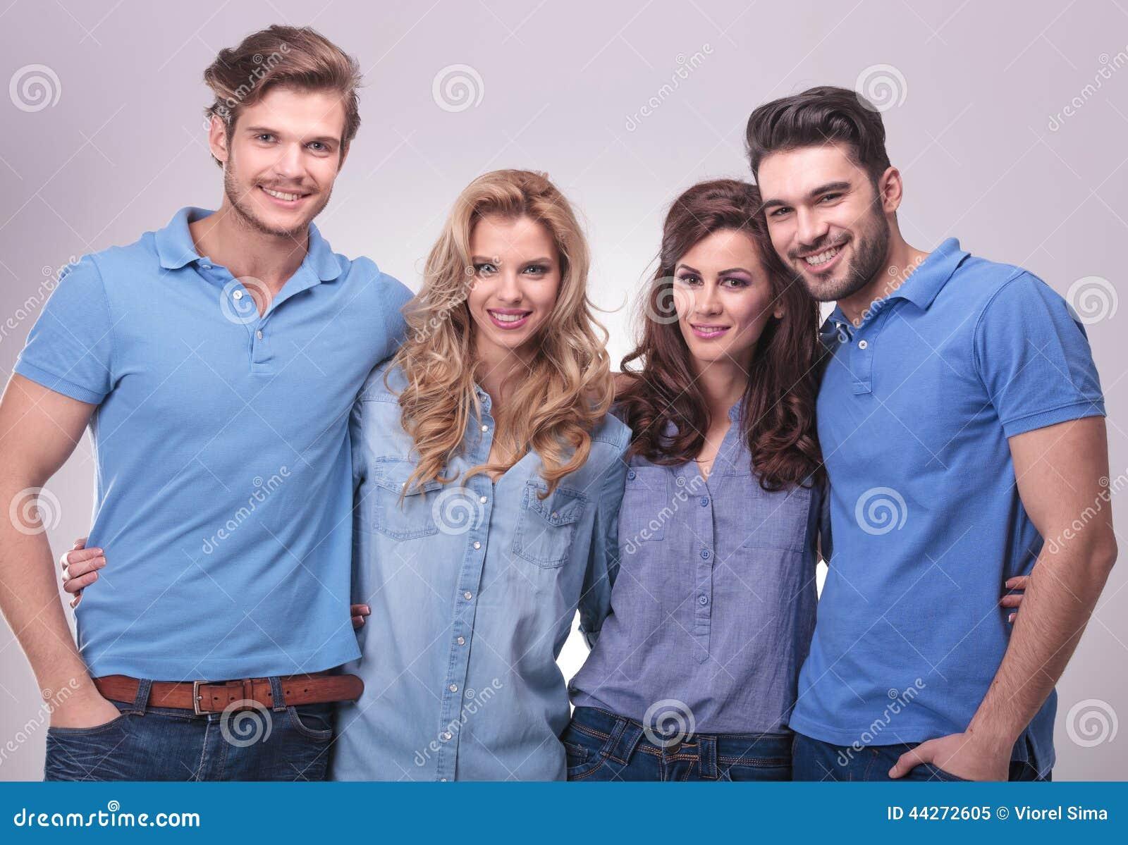 Szczęśliwa grupa przypadkowi ludzie stać obejmuję