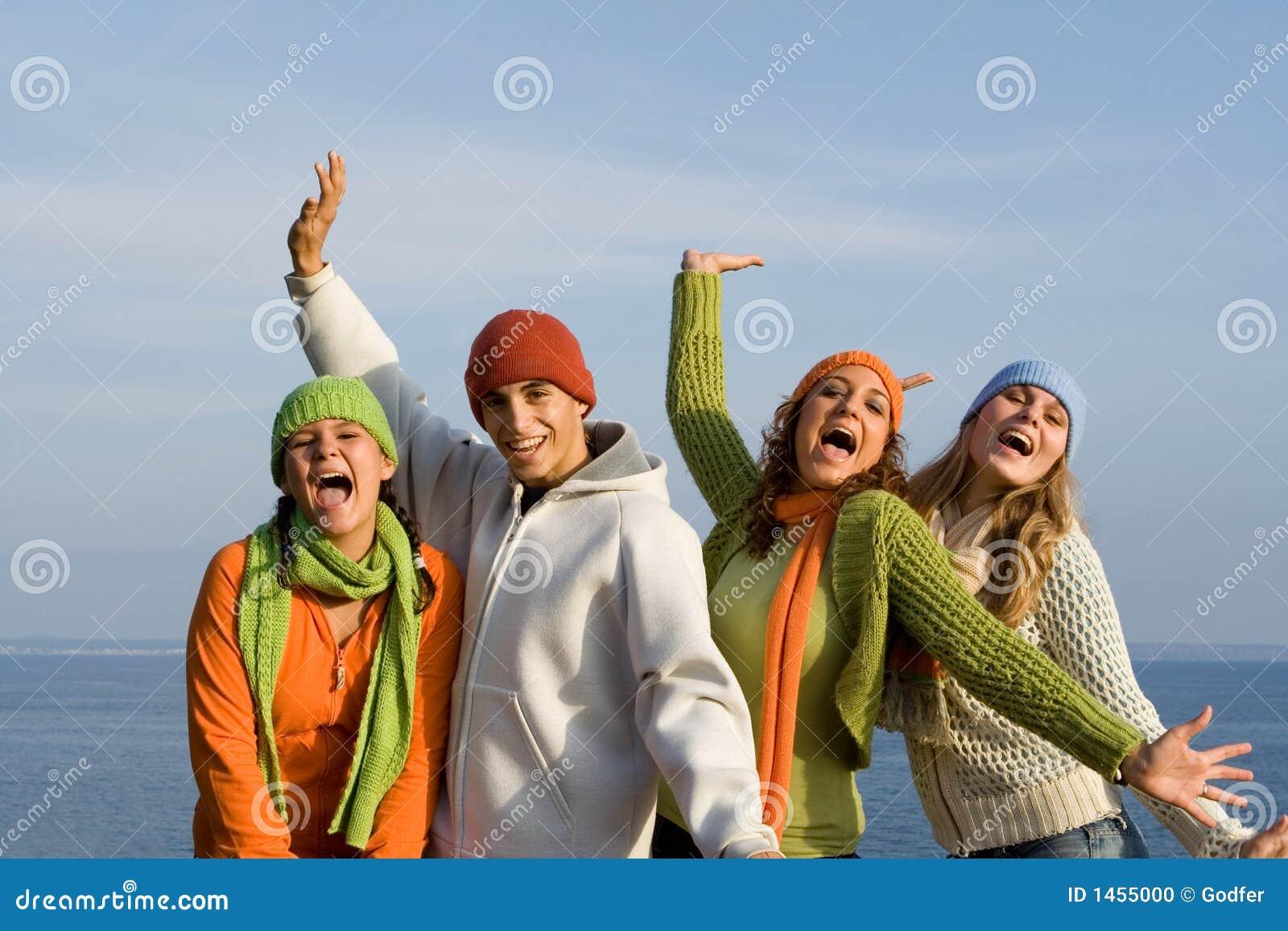 Szczęśliwa grupowa młodość uśmiechnięta