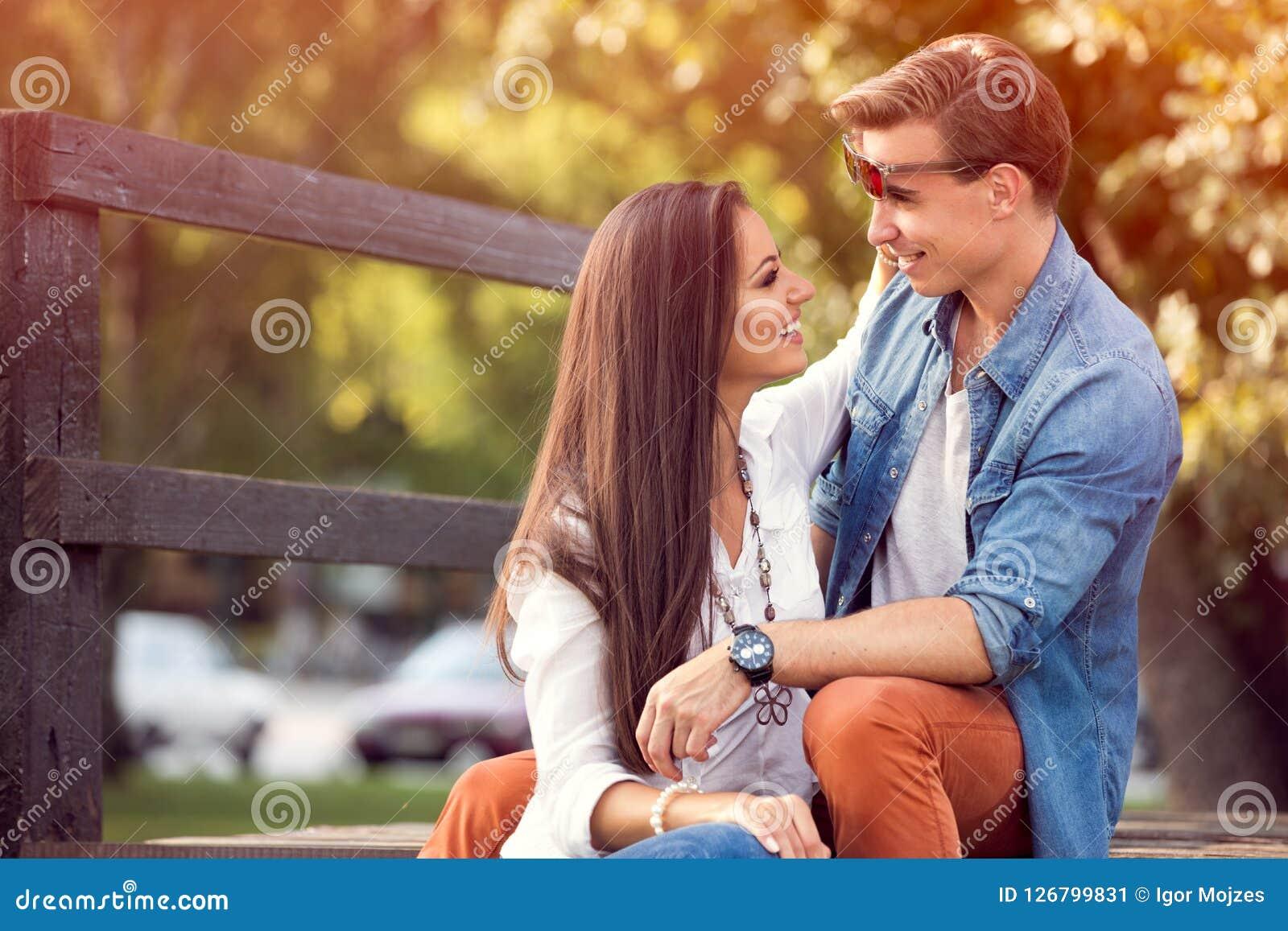 Szczęśliwa jesieni para plenerowa
