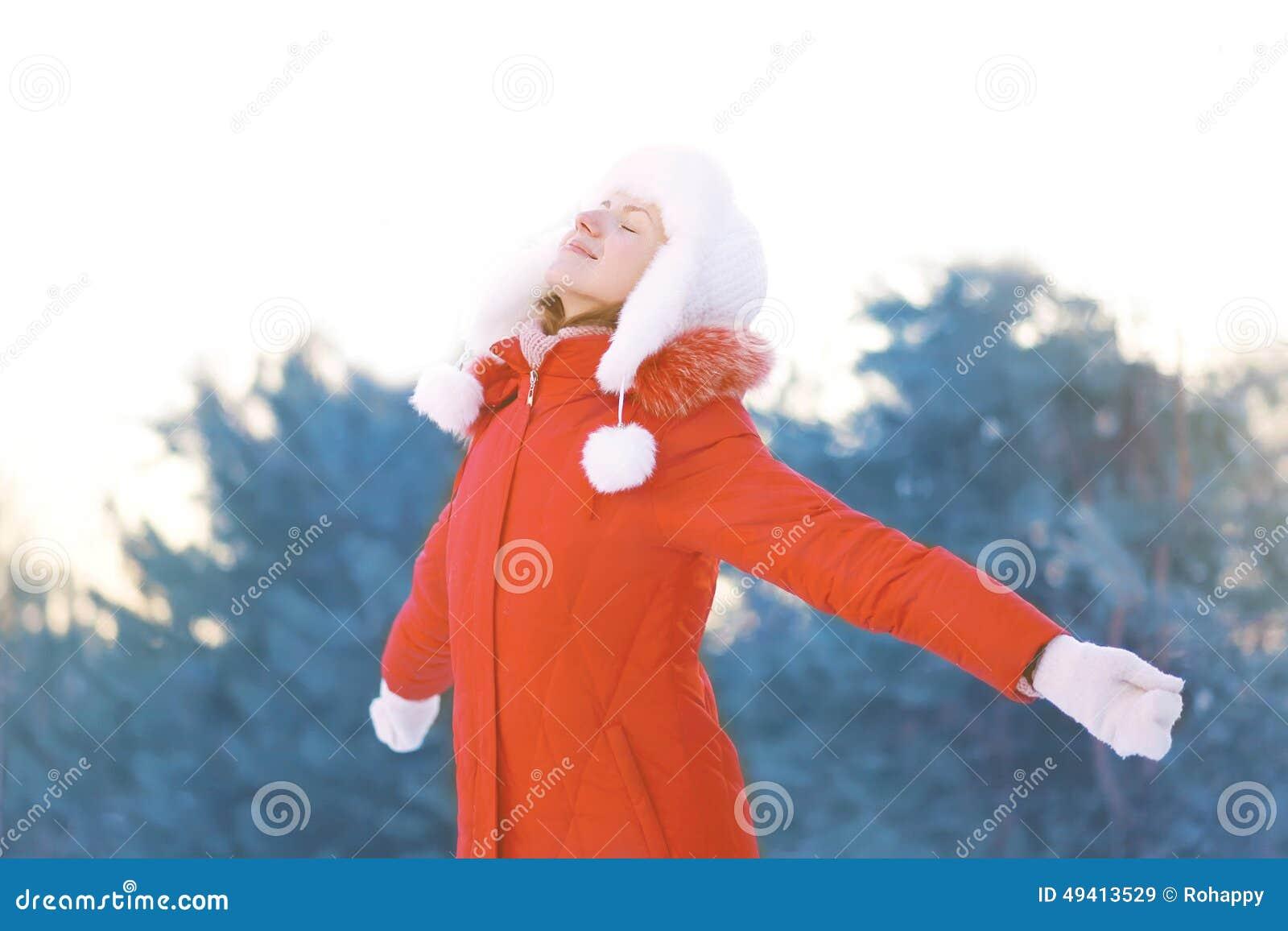 Szczęśliwa kobieta cieszy się zimy pogodę