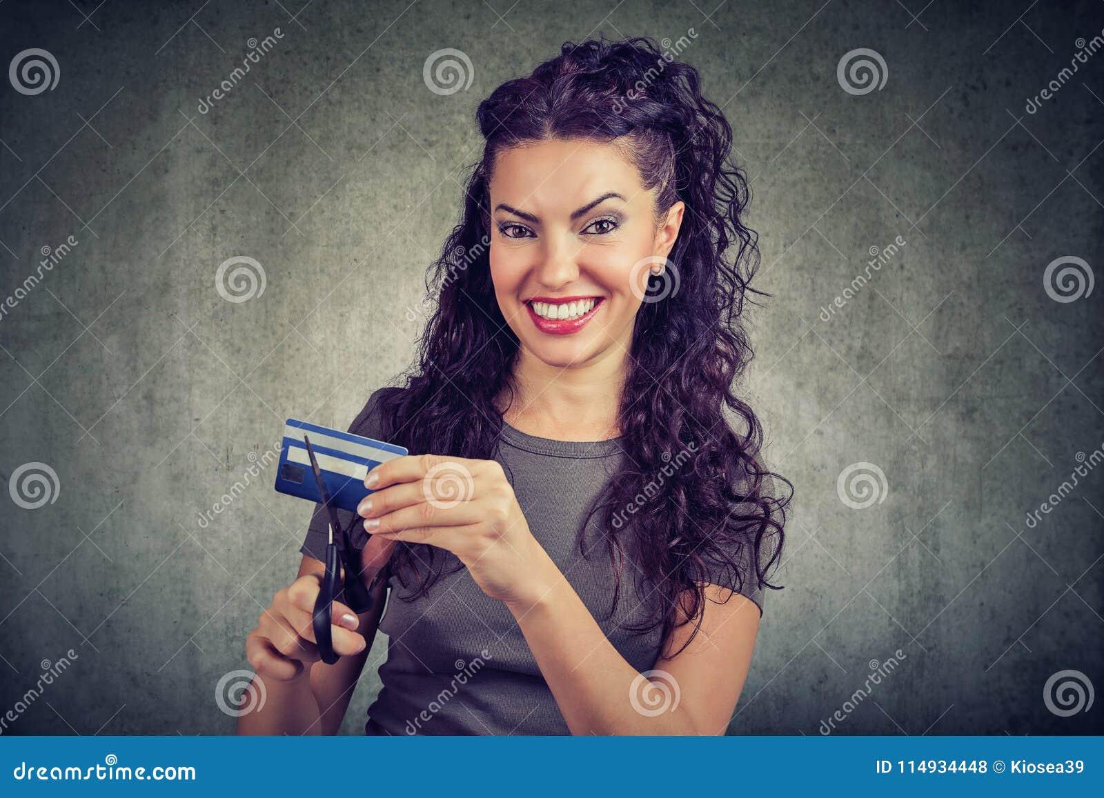 Szczęśliwa kobieta ciie kredytową kartę