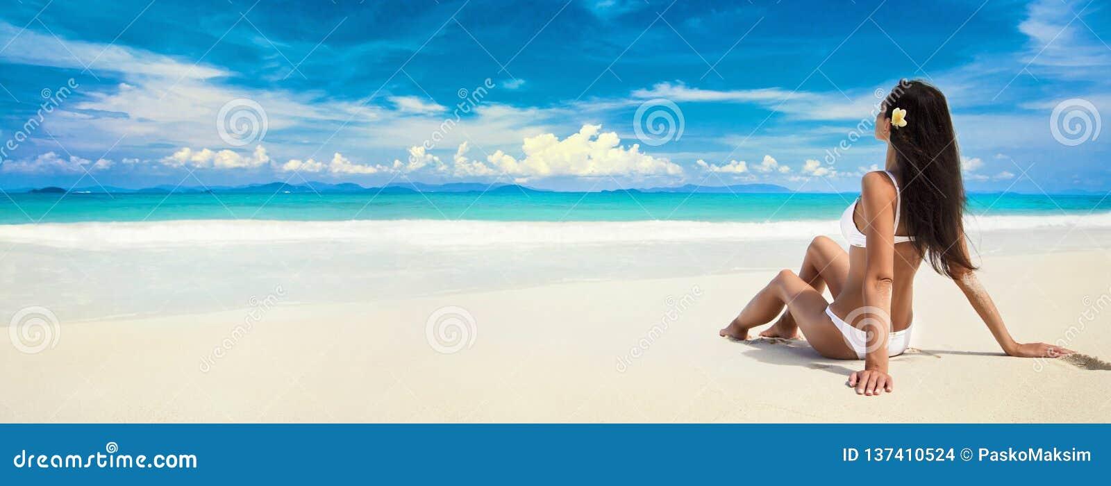 Szczęśliwa kobieta na plaży ocean katya lata terytorium krasnodar wakacje