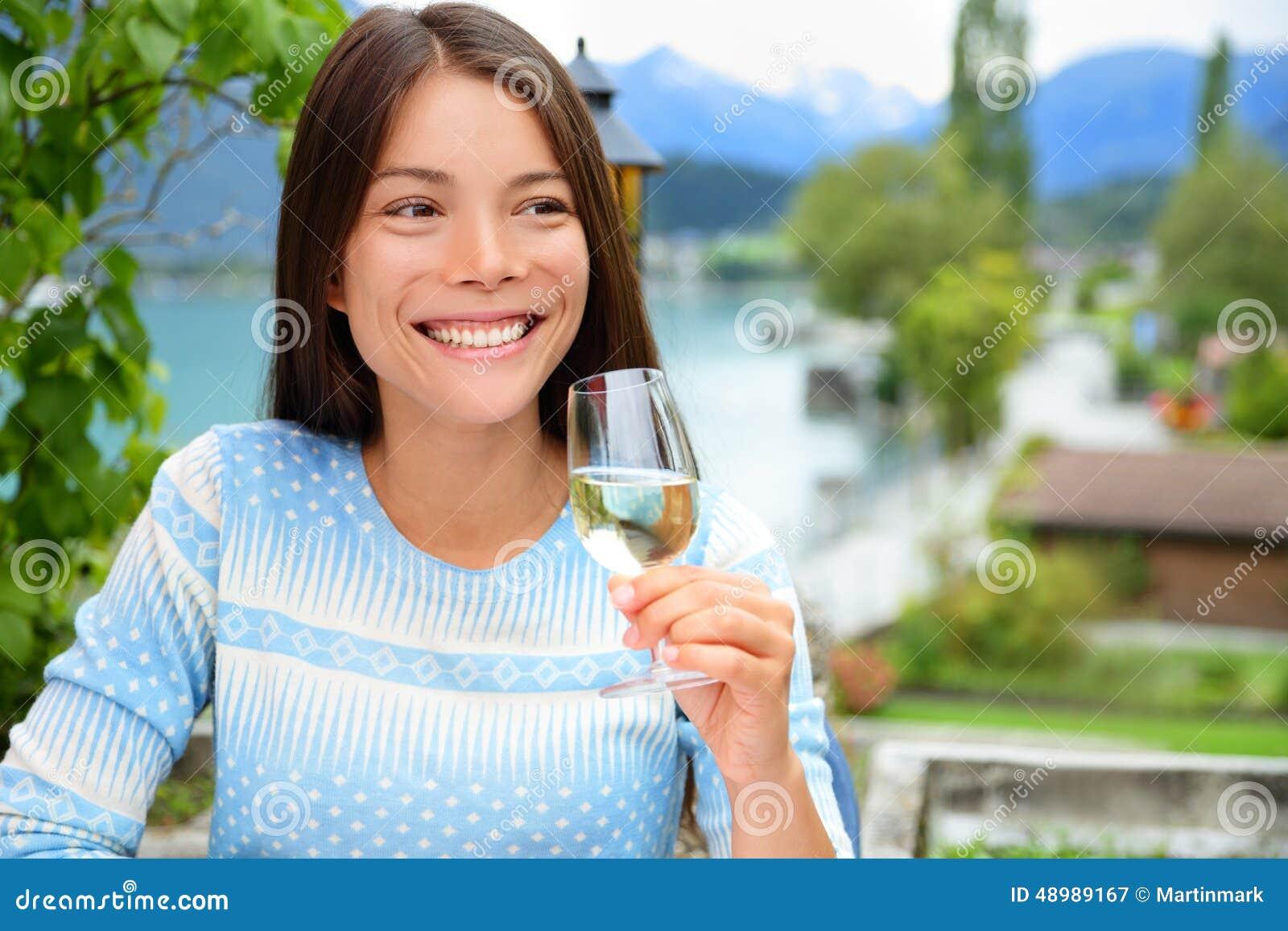 Szczęśliwa kobieta ono uśmiecha się gdy wznosi toast z szampanem